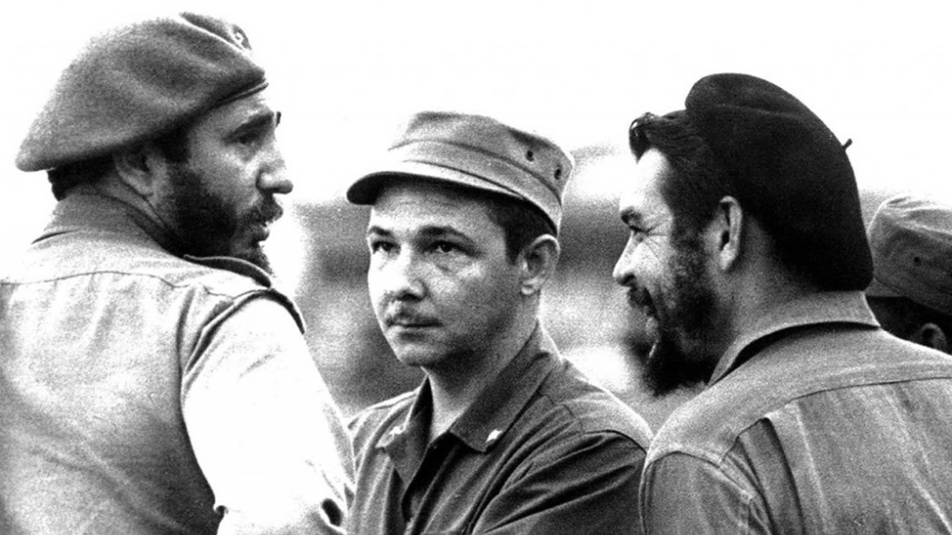 """Fidel Castro su hermano Raúl, y Ernesto """"Che"""" Guevara"""