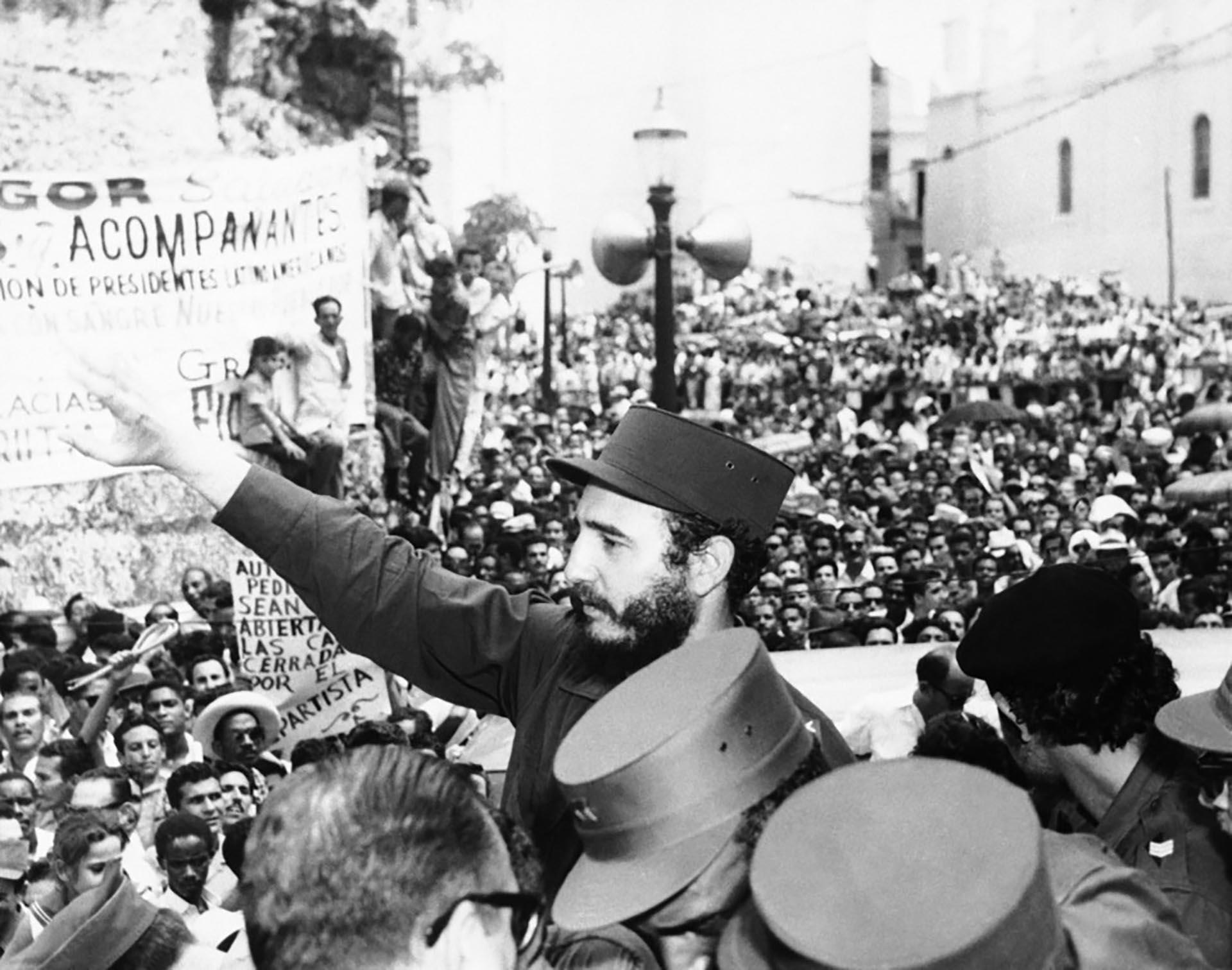 Fidel Castro saluda durante un acto en La Habana tras la revolución.