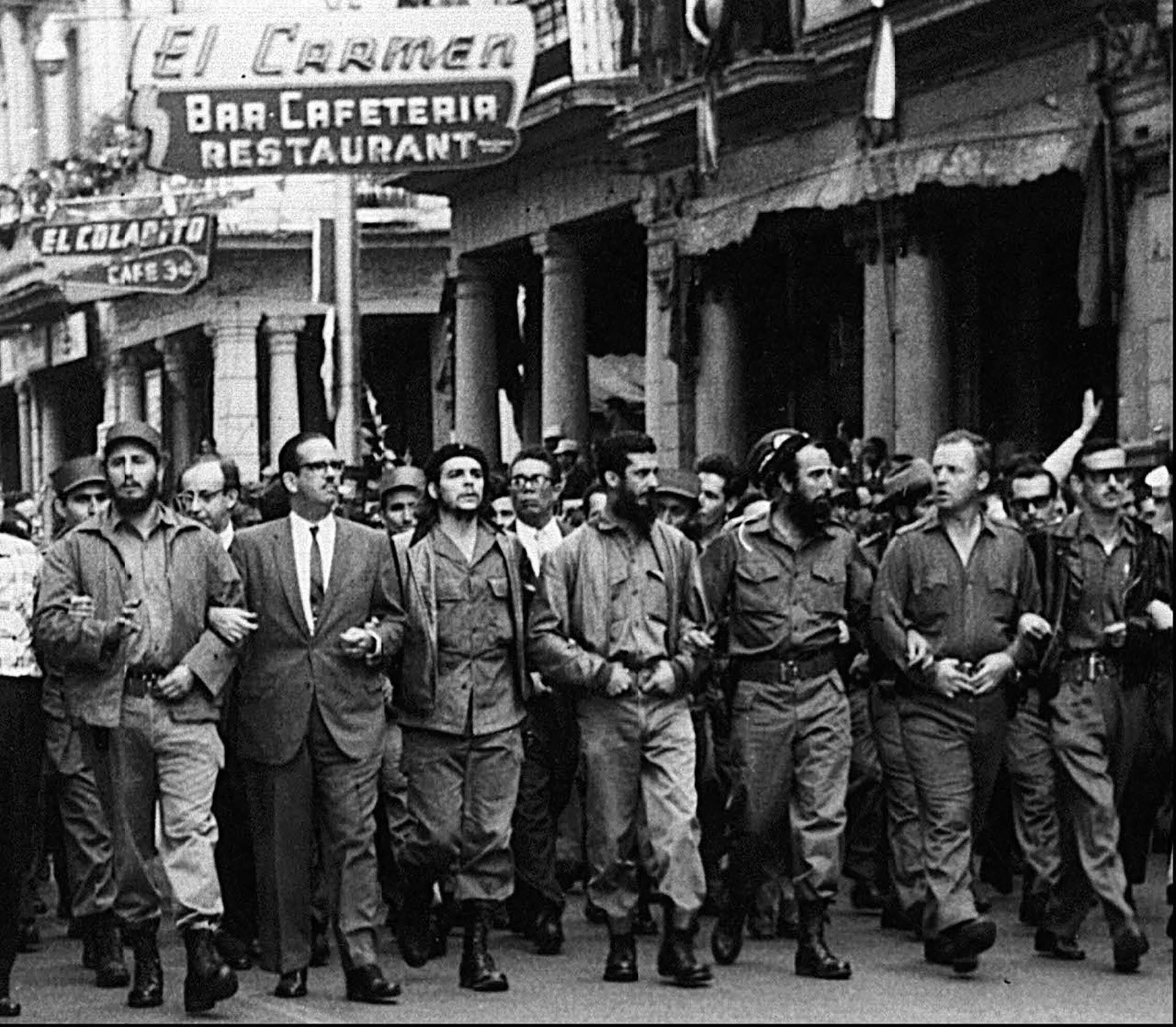 Fidel Castro y Che Guevara, entre la multitud. Año 1960 (AP)