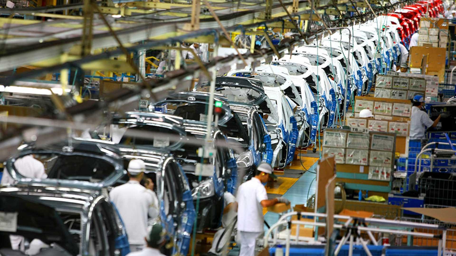 Las automotrices mexicanas bajaron su producción e importan menos autopartes