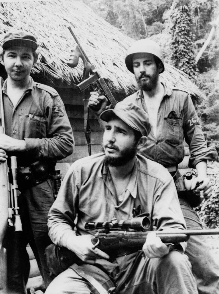 El joven Fidel Castro junto a su hermano Raúl y Camilo Cienfuegos, 14 de marzo de 1957 (AP)