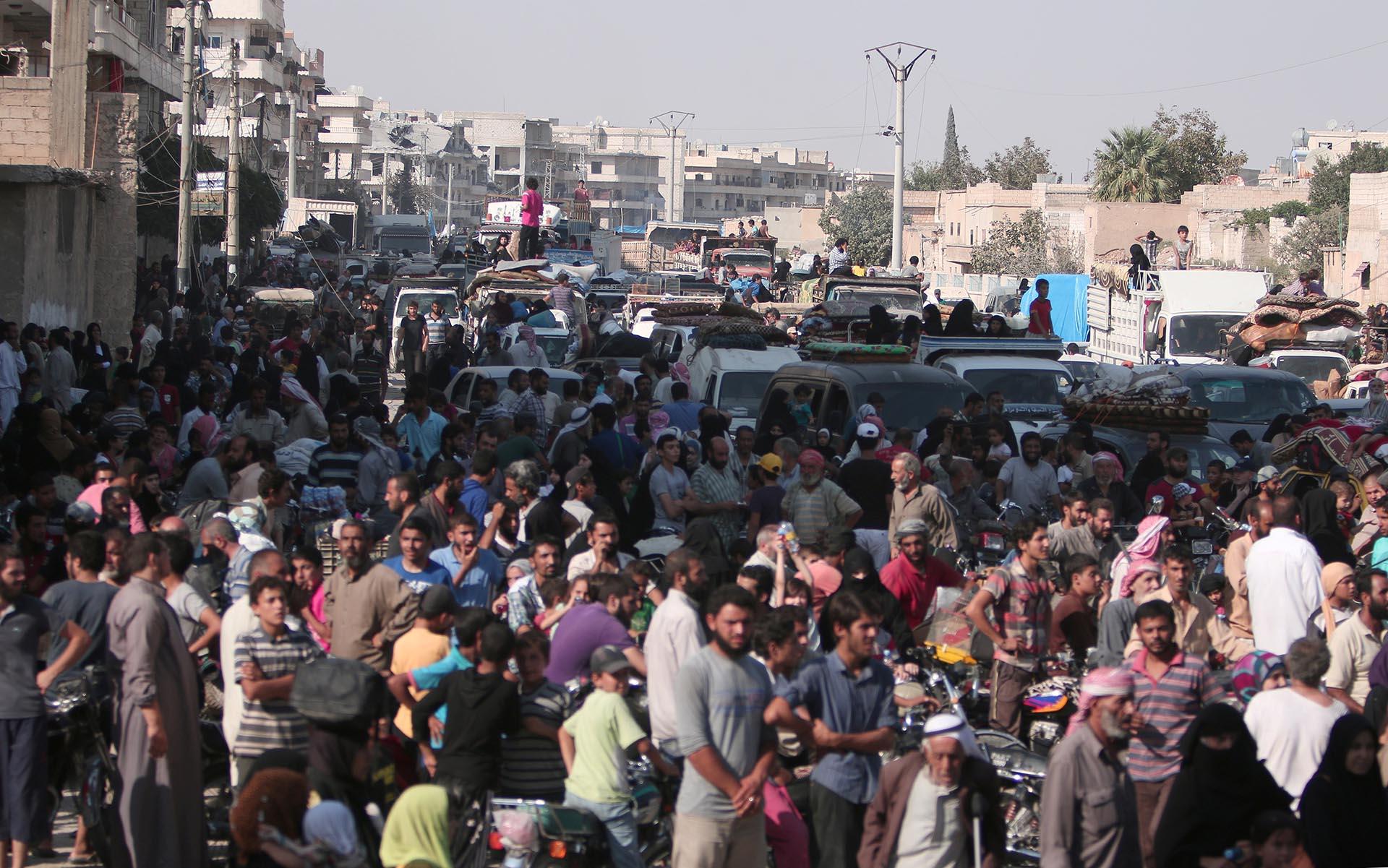 Cientos de civiles celebran la partida del Estado Islámico en Manbij, cerca de Alepo (Reuters)