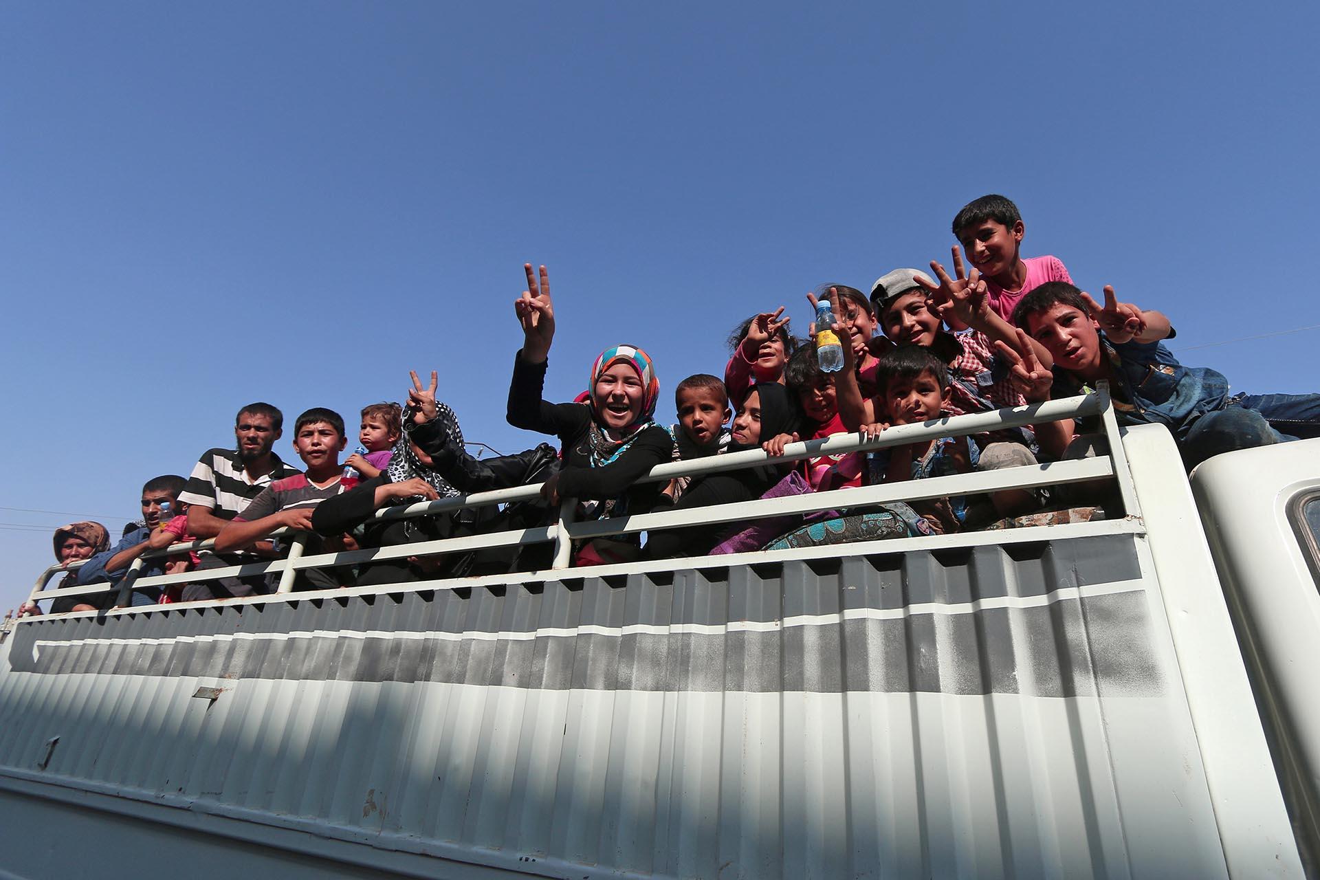 Los habitantes de Manbij salieron a celebrar la expulsión de los terroristas islámicos. A continuación deberán diagramar la reconstrucción de la precaria ciudad (Reuters)