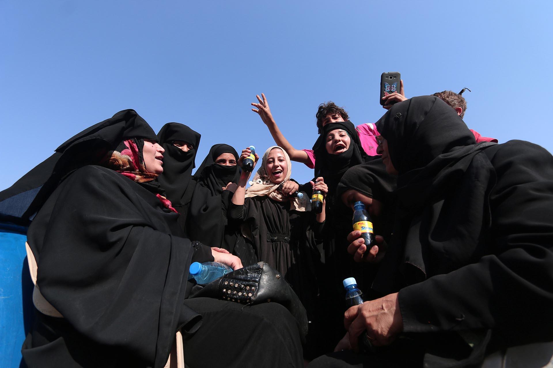 En Manbij todo es celebración y fiesta. Las mujeres ya no será tomadas como esclavas sexuales ni deberán usar obligadamente la vestimenta que ordenenlos yihadistas (Reuters)