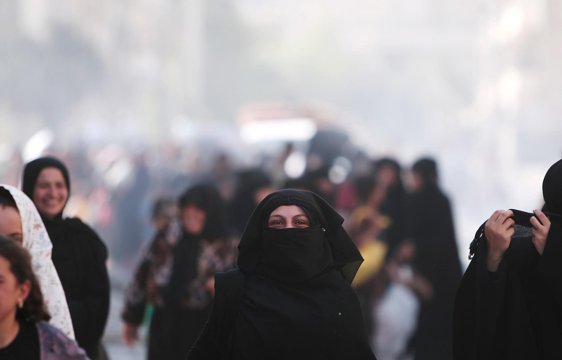 Las mujeres comienzan a descubrir sus rostros, repletos de felicidad. Ya no serán víctimas de la brutalidad de los terroristas islámicos (Reuters)