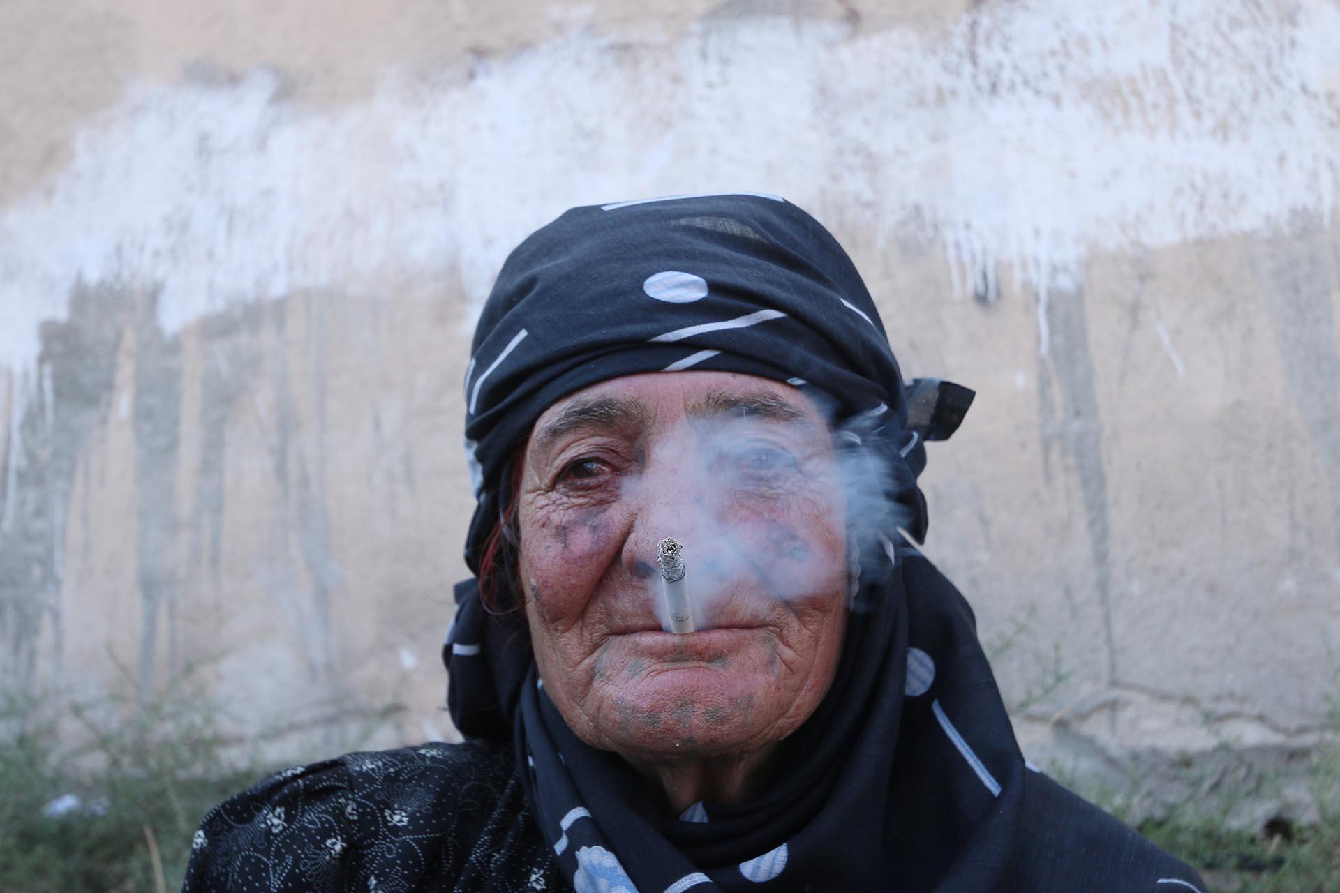 """Una mujer se muestra en público fumando un cigarrillo, libremente. El Estado Islámico no está más para indicarle que eso es un """"delito"""" (Reuters)"""