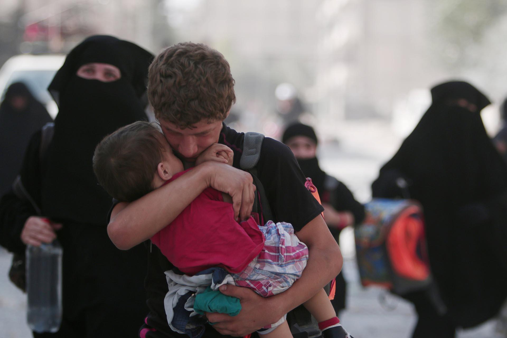 """En su retirada, el Estado Islámcio utilizó a civiles como """"escudos humanos"""". Las Fuerzas Democráticas de Siria y los Estados Unidos terminaron con la pesadilla de la población (Reuters)"""