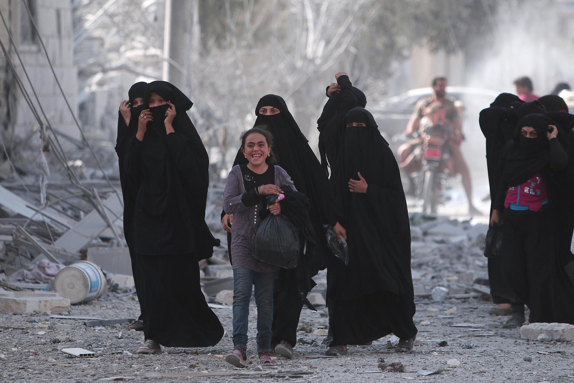Una niña se muestra feliz por la noticia: ISIS ya no controlará las calles de Manbij (Reuters)