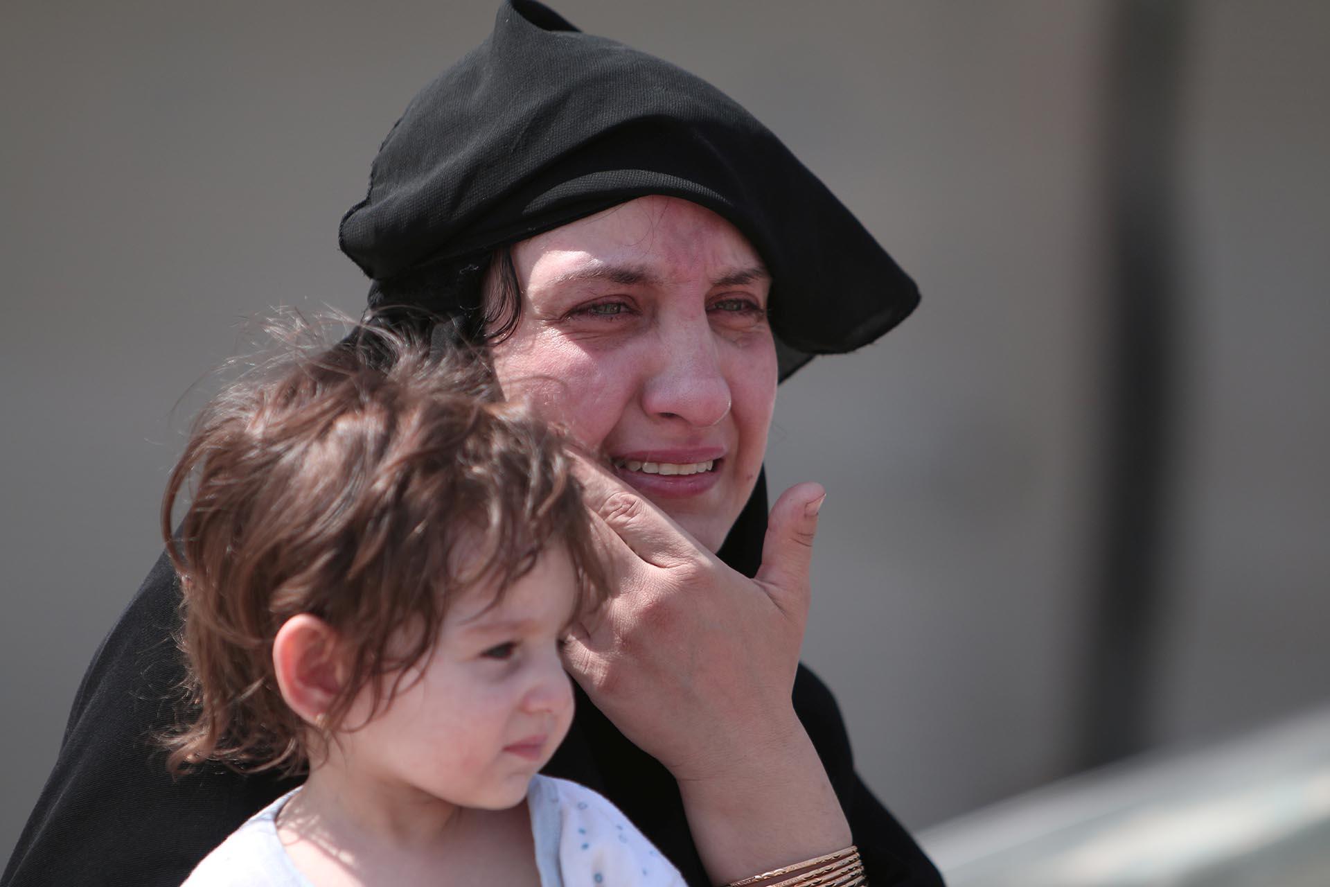 Una mujer deja al descubierto su rostro como forma de festejo al saber que los yihadistas no están más en su vecindario y que no se aplicará más la tenebrosa sharia (Reuters)