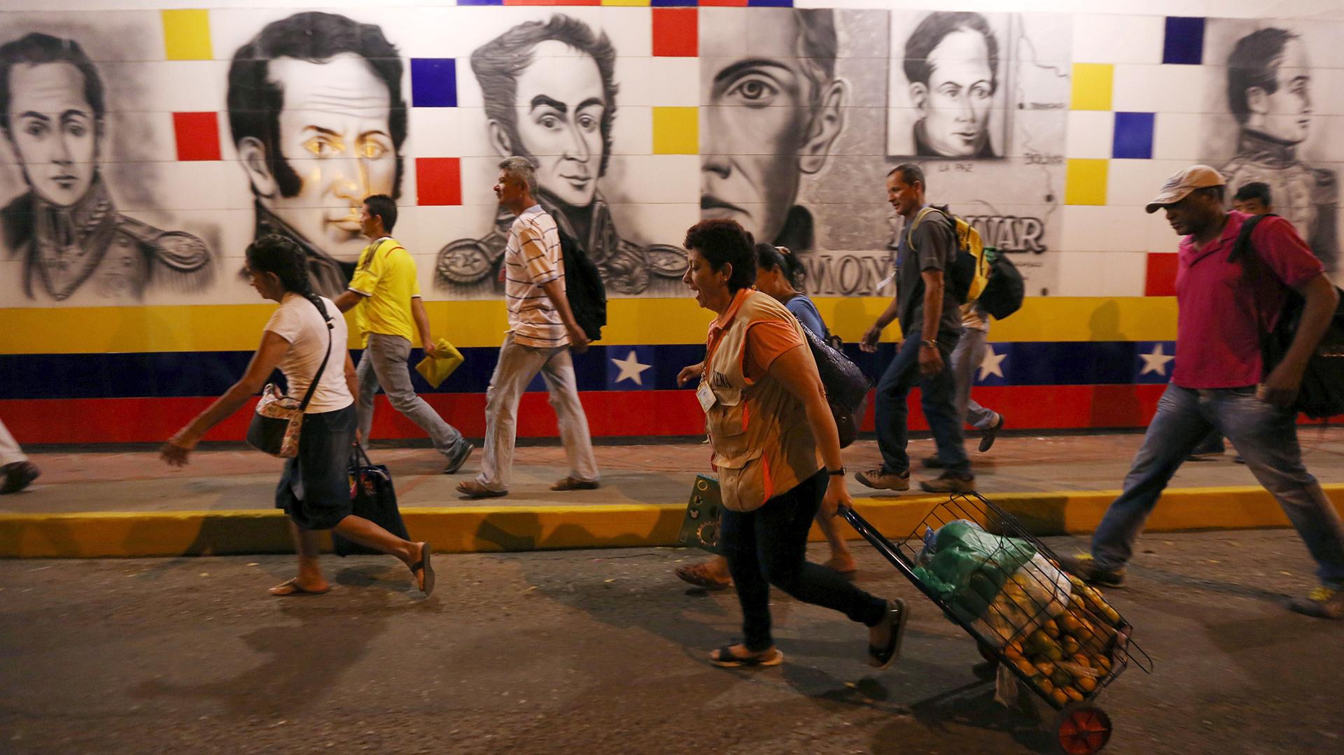 Miles de venezolanos cruzan la frontera con Colombia todos los días