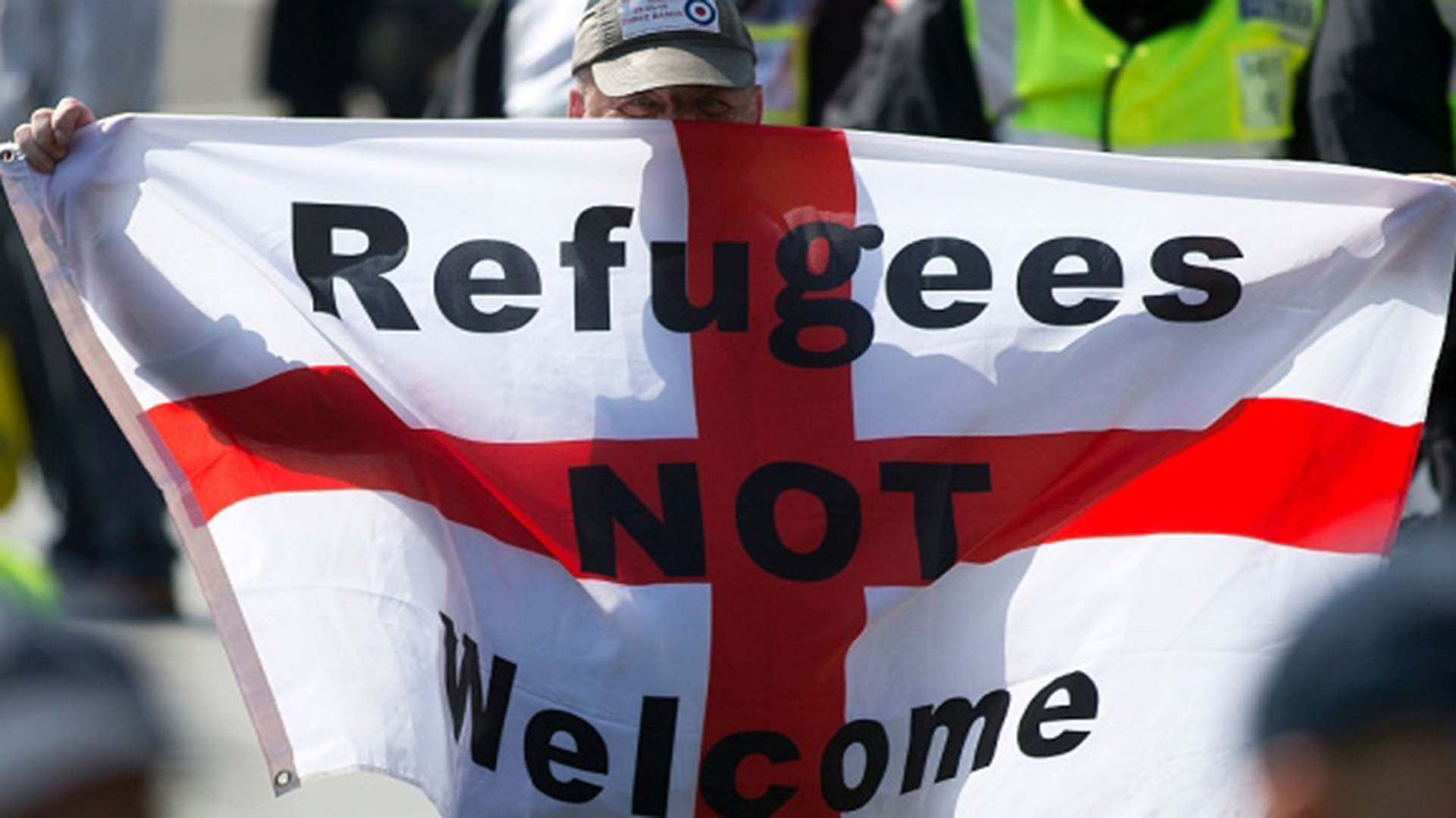 """""""Los refugiados no son bienvenidos"""": un cartel discriminatorio en el Reino Unido"""