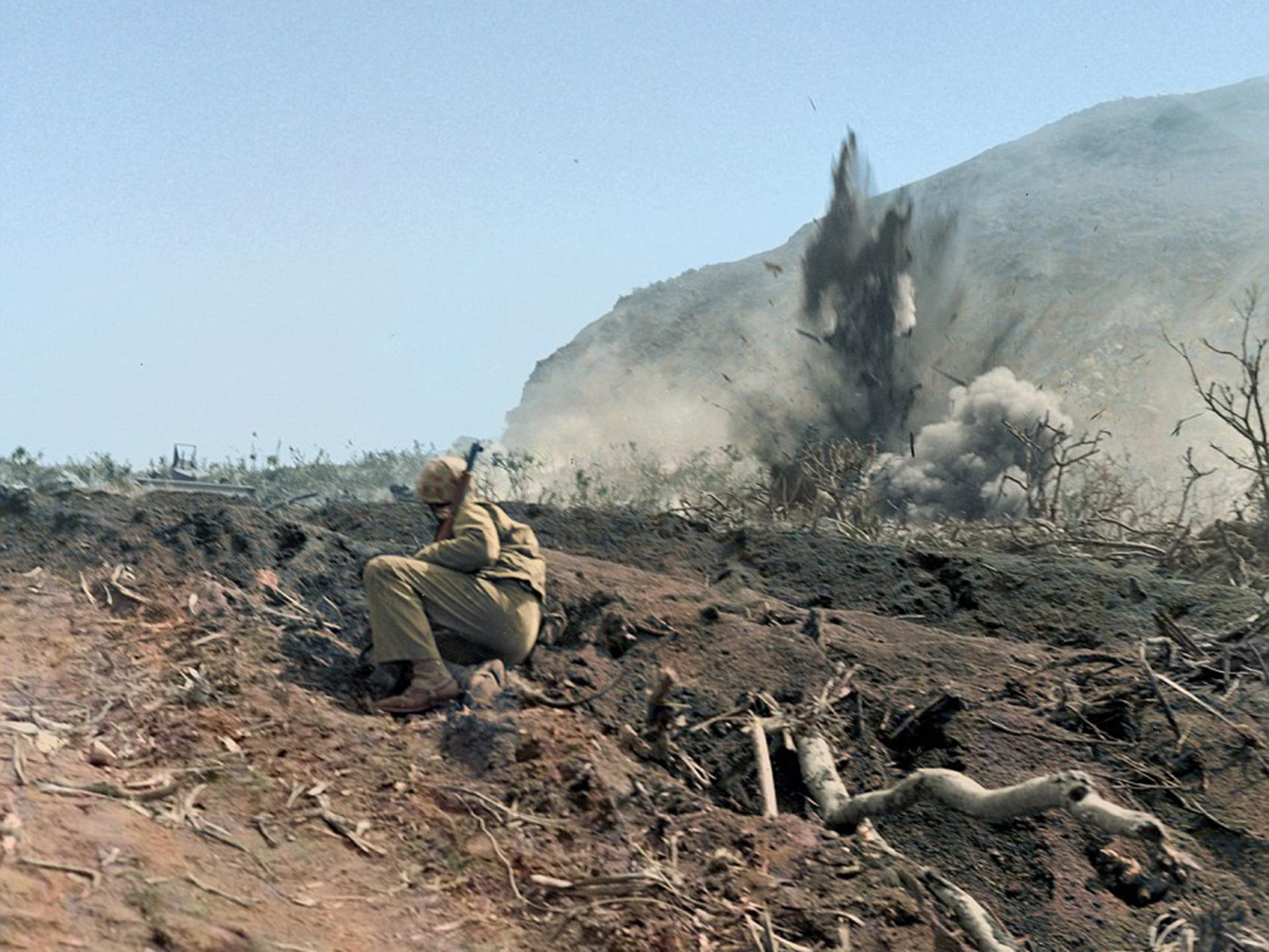 Un marine observa cómo un mortero estalla en las posiciones japonesas en Iwo Jima, en marzo de 1945