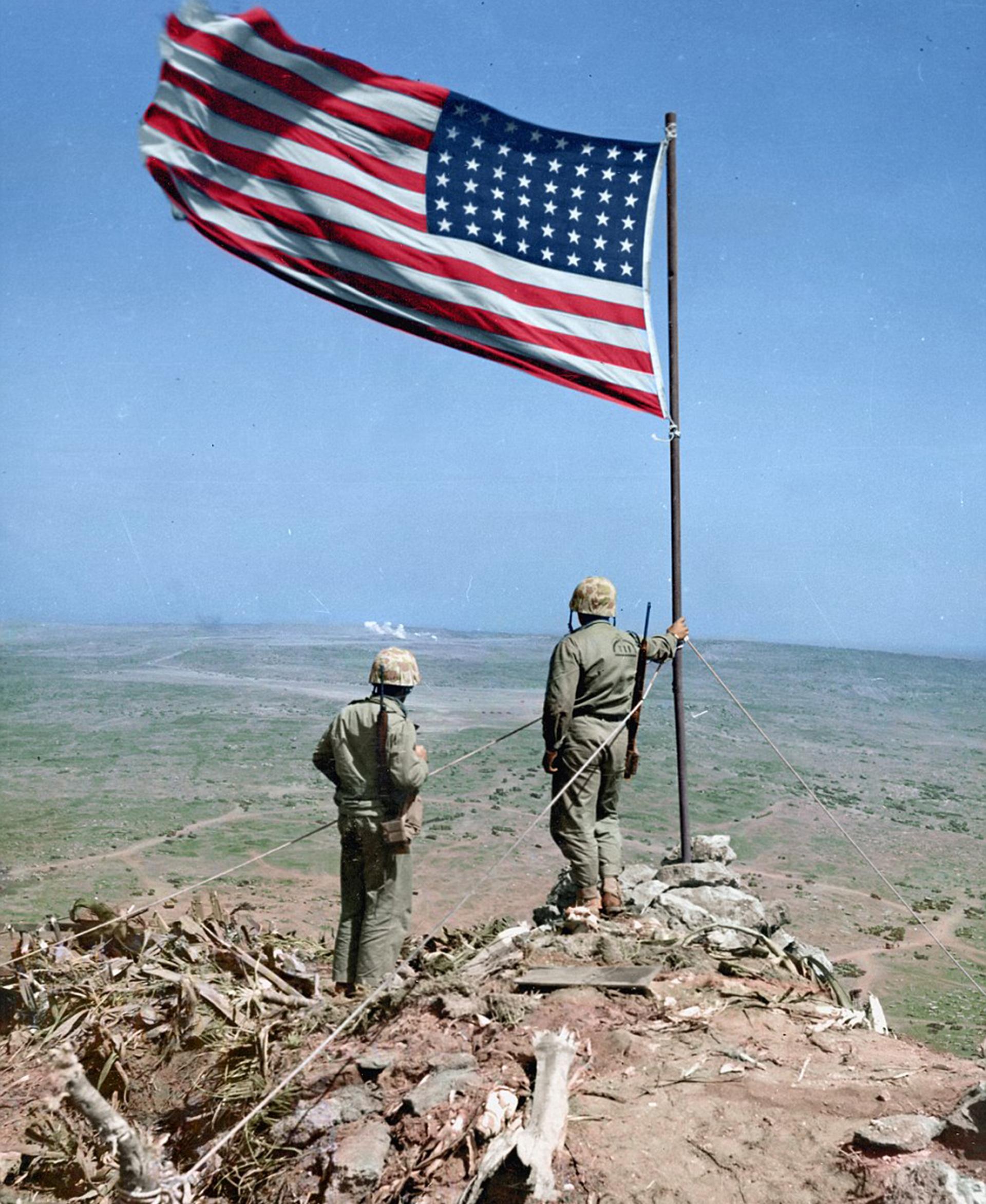 En el Mount Suribachui, Iwo Jima, flamea la bandera de los Estados Unidos
