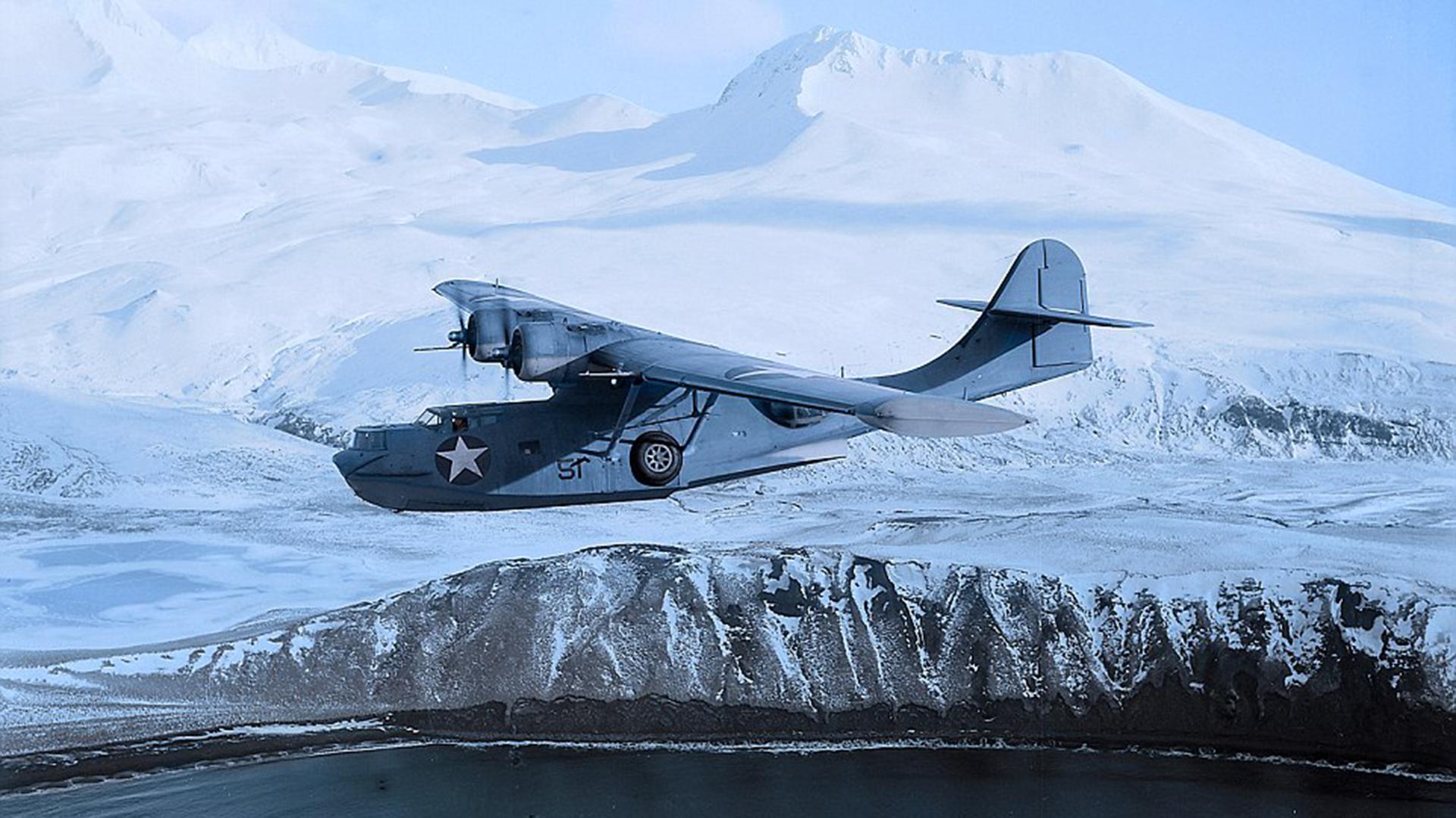 Este PBY-5 Catalina vuela en una locación desconocida en Japón