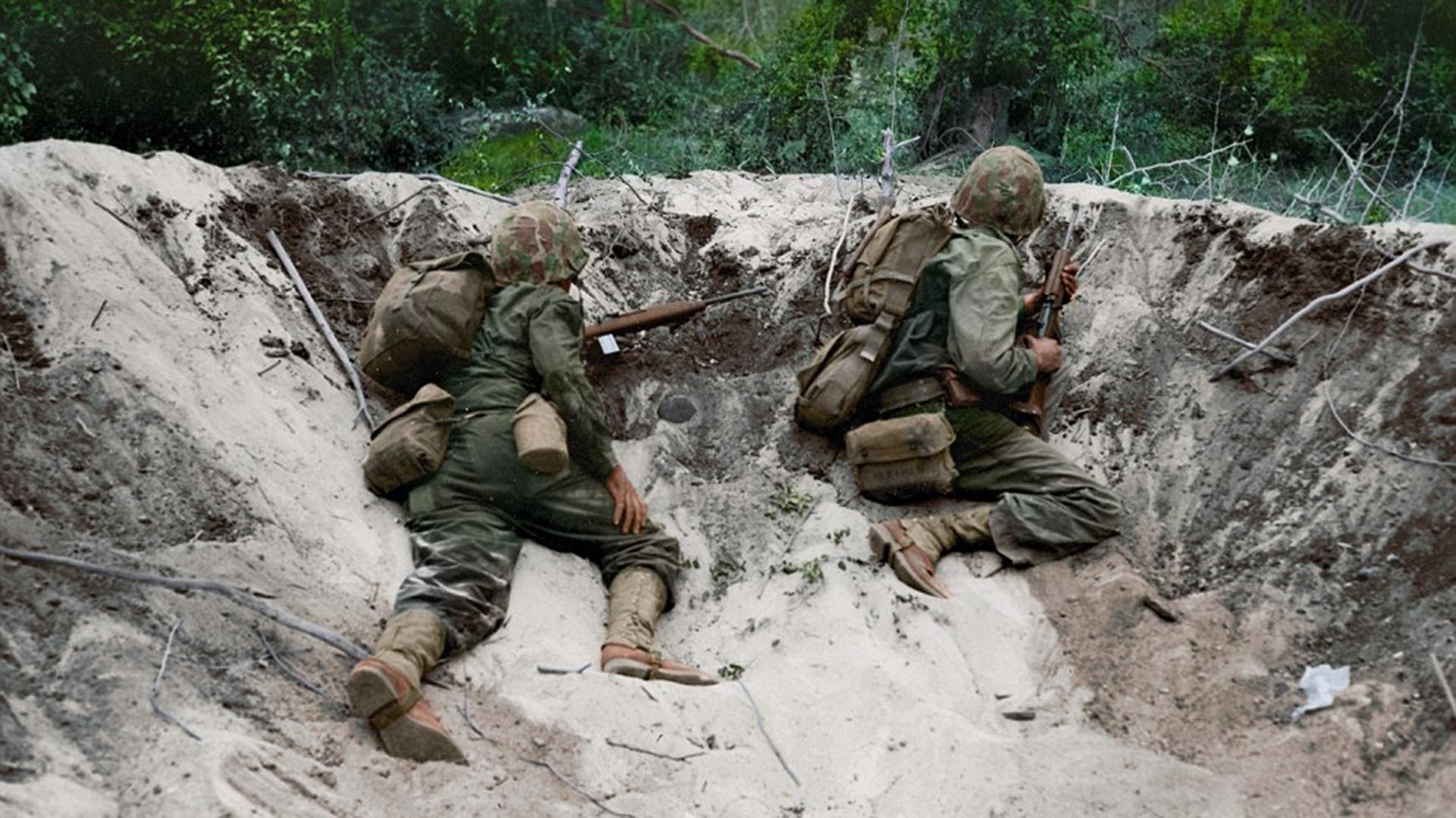 En la trinchera. Dos marines esperan el momento para sorprender a sus enemigos japoneses