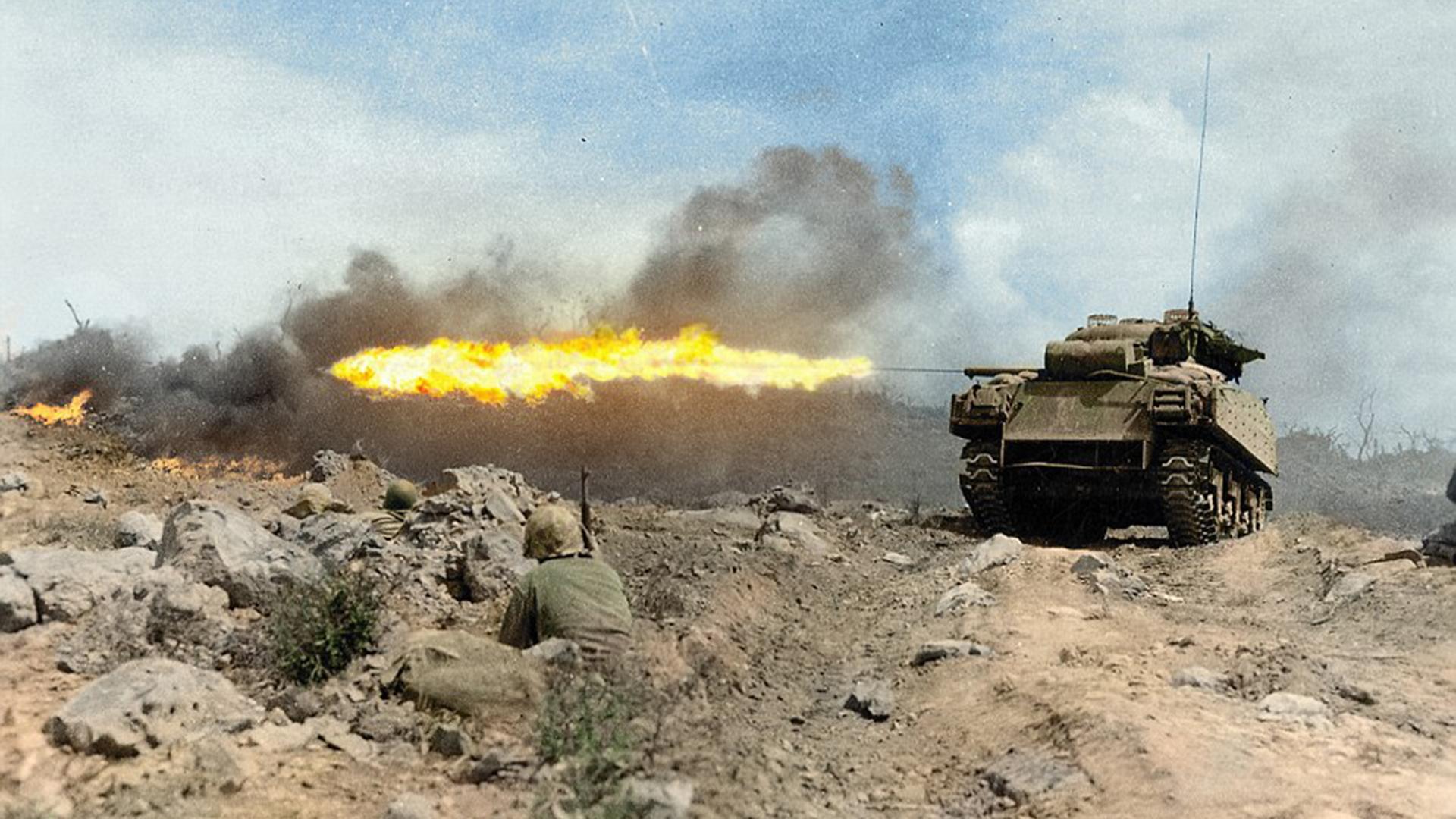 El tanque Sherman -apodado Zippo- lanza llamas en marzo de 1945. La de Iwo Jima fue una de las más brutales batallas del Pacífico durante la Segunda Guerra Mundial