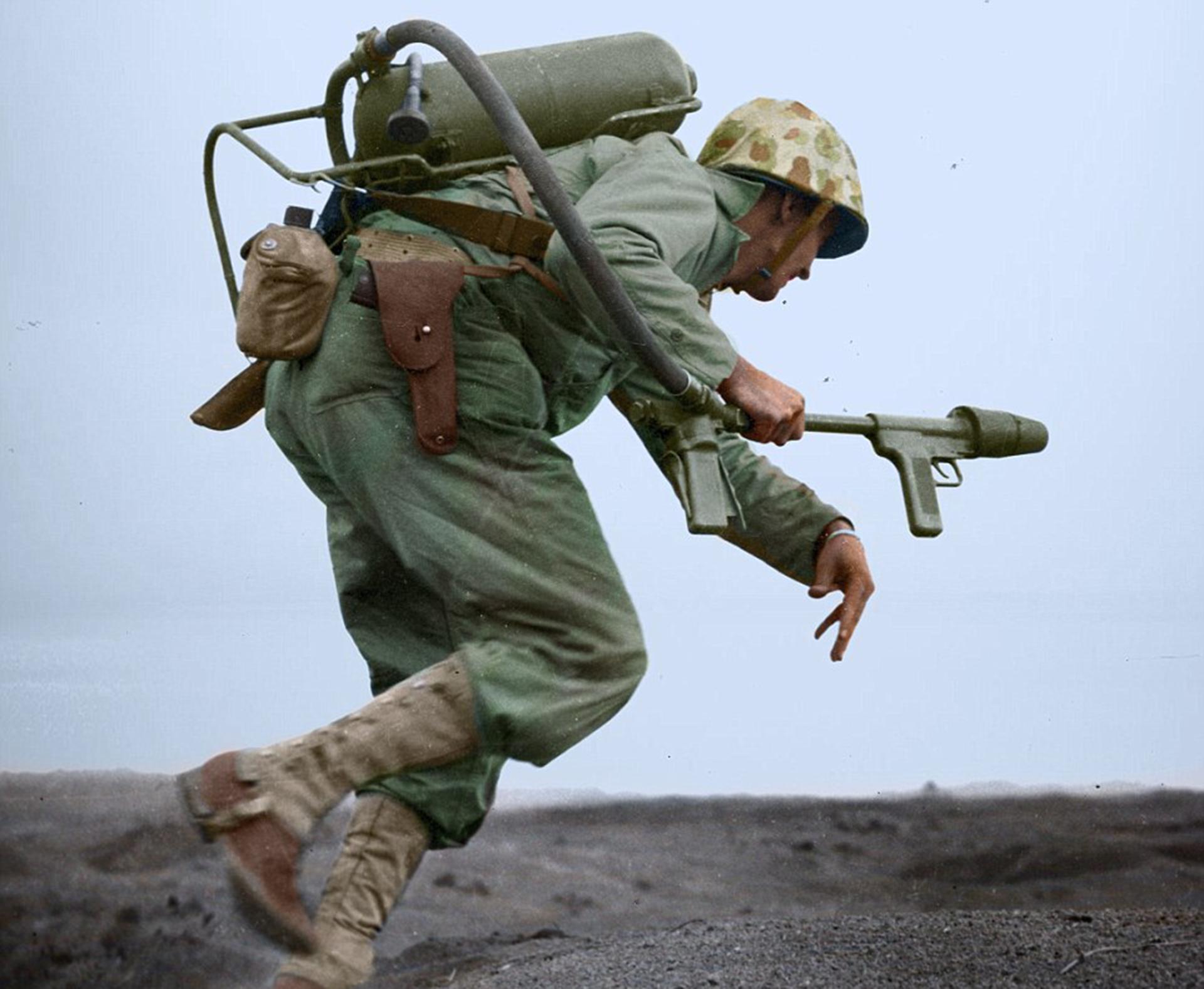 Un marine avanza en medio del fuego japonés con su lanzallamas