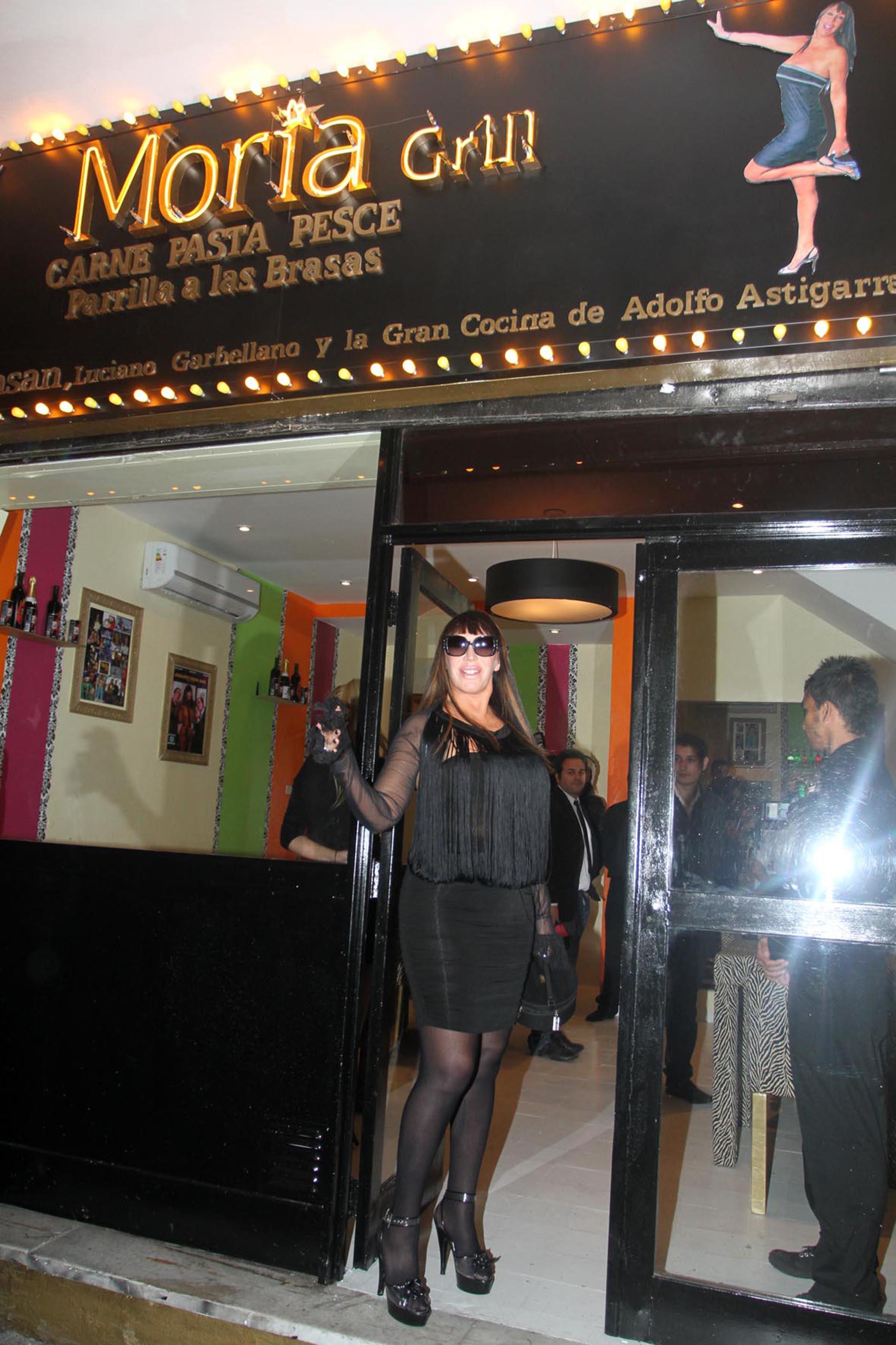 Moria Casán en la puerta de Moria Grill, su restaurante