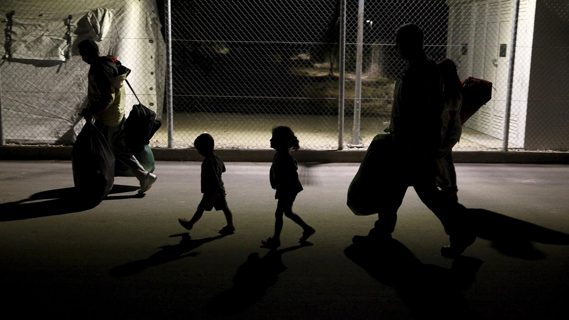 Migrantes ingresan en un centyro de procesamiento en Kokkinotrimithia, Chipre (REUTERS/Yiannis Kourtoglou)
