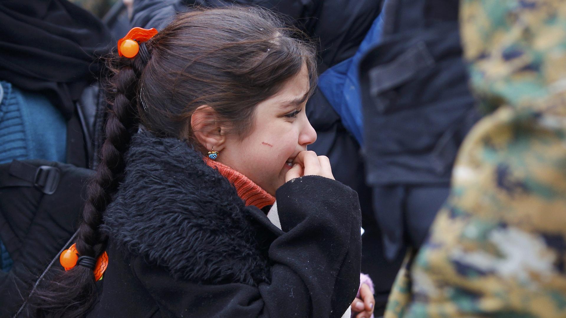 Un niña migrante aguarda en la frontera griega, cerca de la ciudad macedonia de Gevgelija REUTERS/Ognen Teofilovski