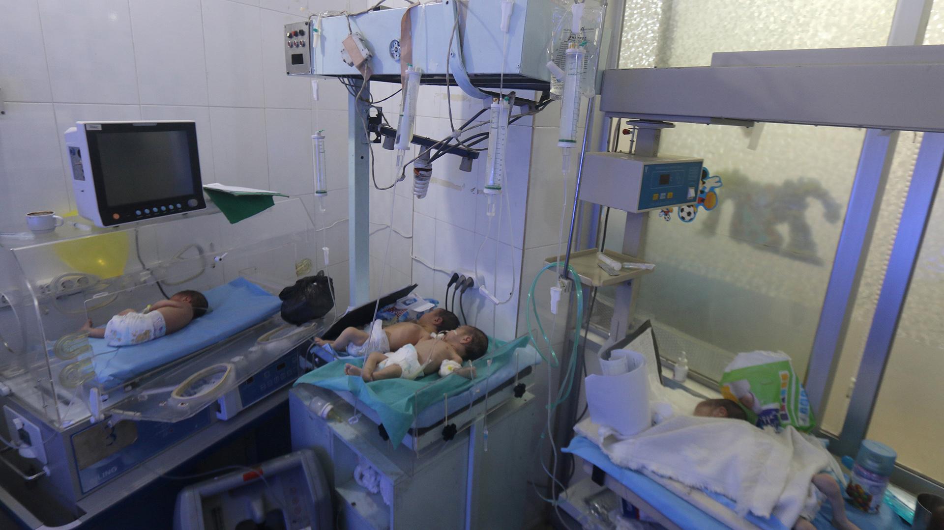 Bebés en un hospital que fue dañado por los ataques aéreros en la ciudad de Alepo, Siria. REUTERS/Abdalrhman Ismail