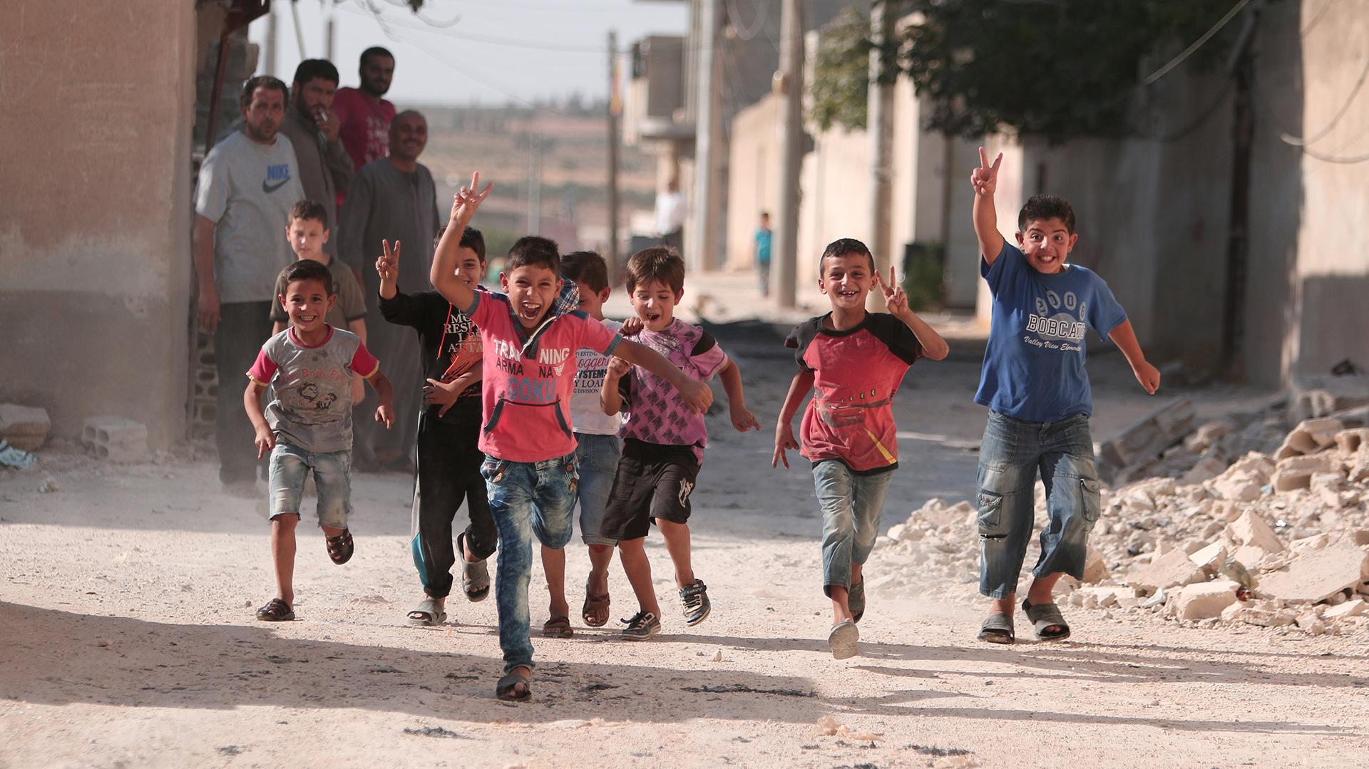 Los niños celebran la retirada de ISIS en Manbij, Siria. REUTERS/Rodi Said