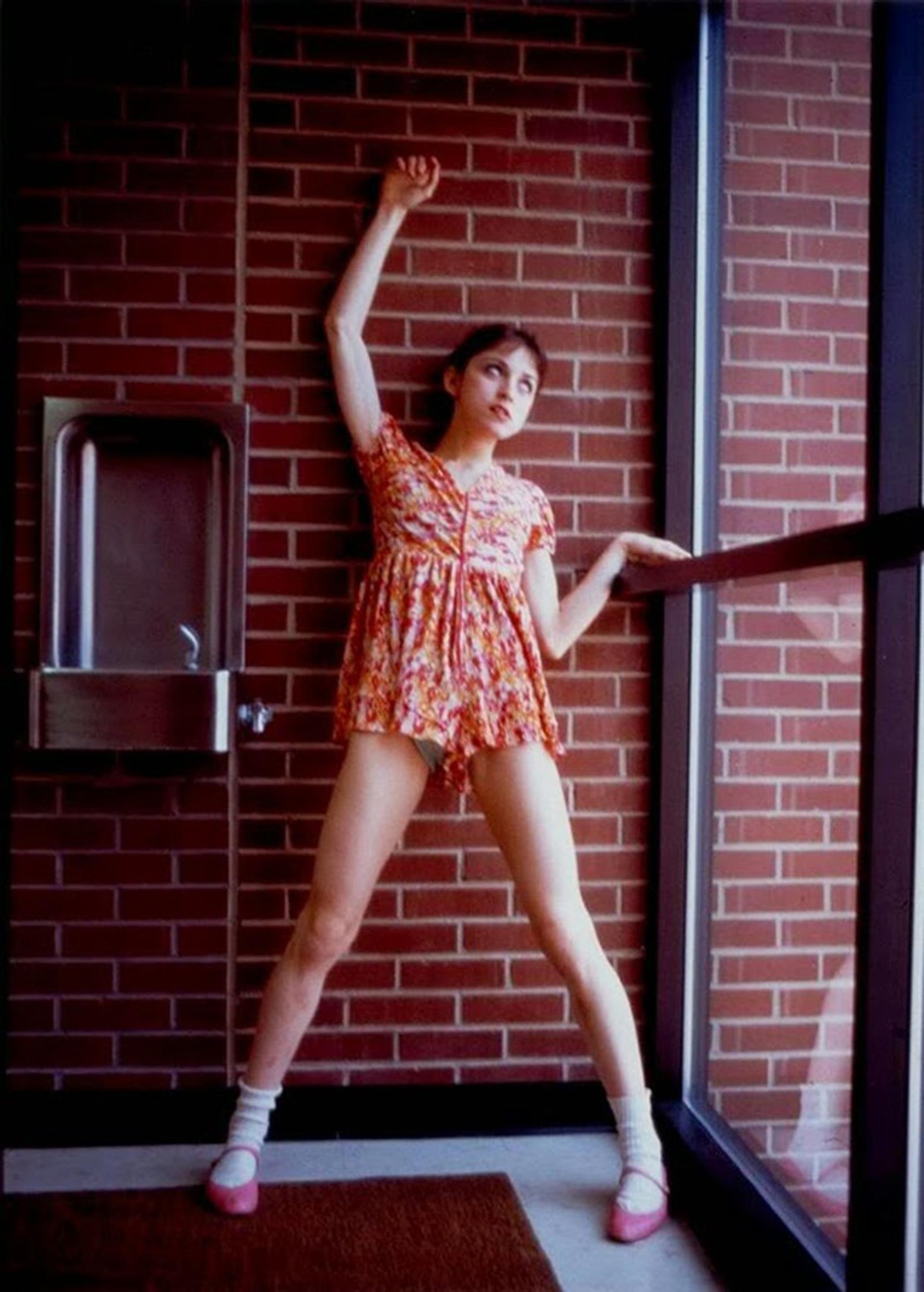 En simultáneo con la escuela empezó su formación artística con clases de danza que luego continúo en la Universidad de Michigan donde obtuvo una beca