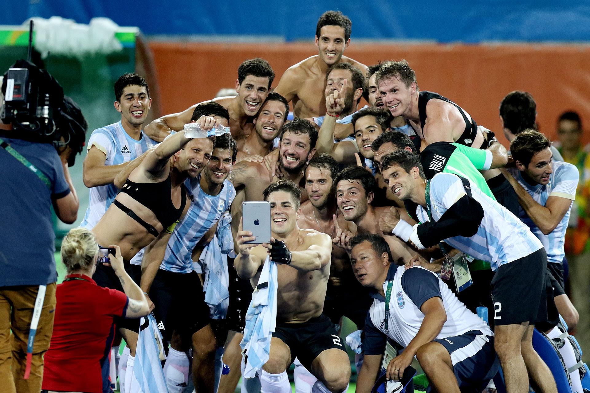 Una selfie que quedará para el recuerdo de todo el equipo argentino de Hockey en su noche de gloria (Nicolás Stulberg)