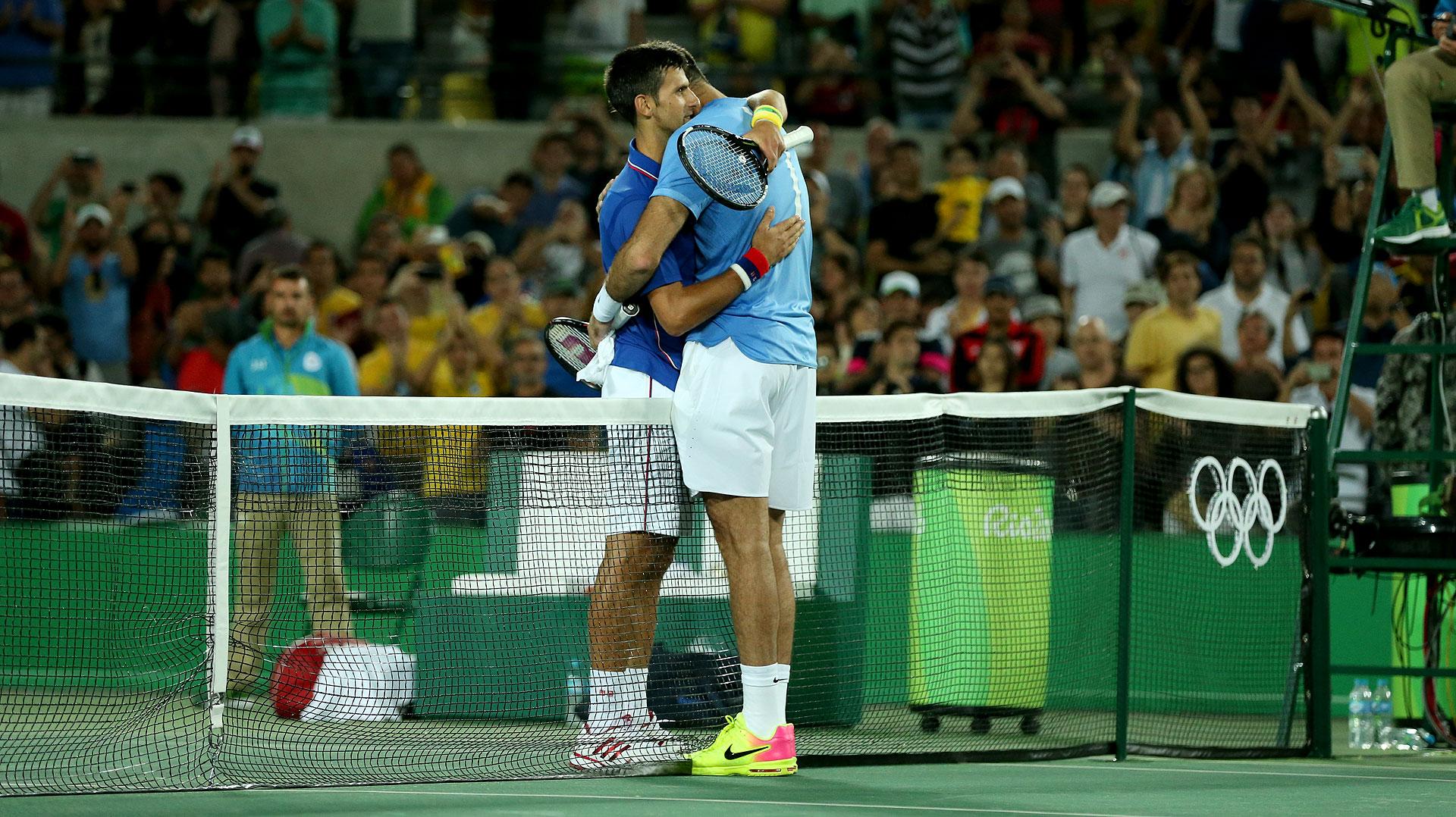 El abrazo entre Del Potro y Djokovic al finalizar el partido (Nicolás Stulberg)