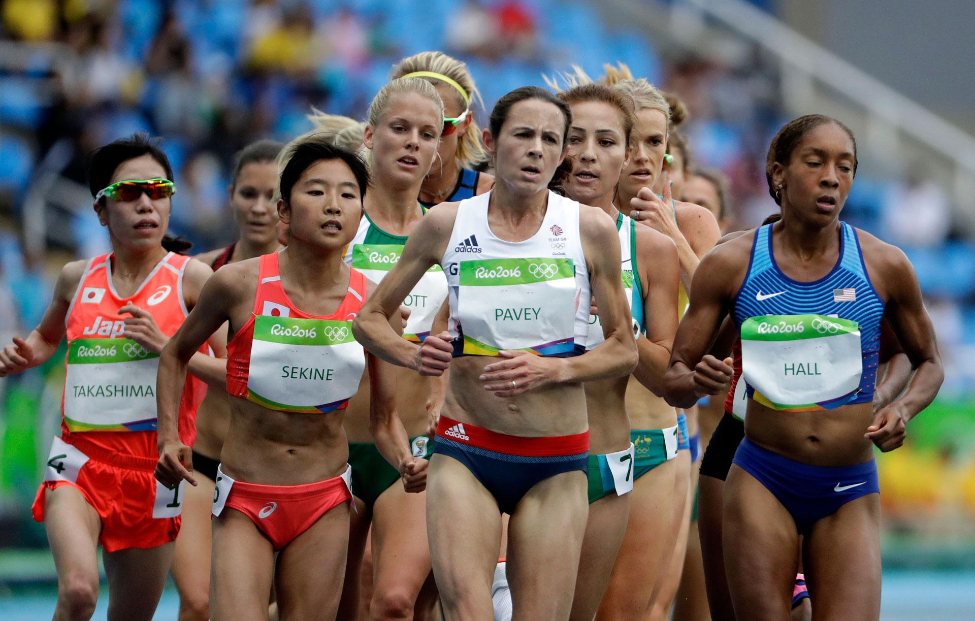 La británica Jo Pavey, de 42 años, se convirtió en la primera corredora de su país en competir en cinco Juegos Olímpicos, pese a que no ganó medallas (AP)