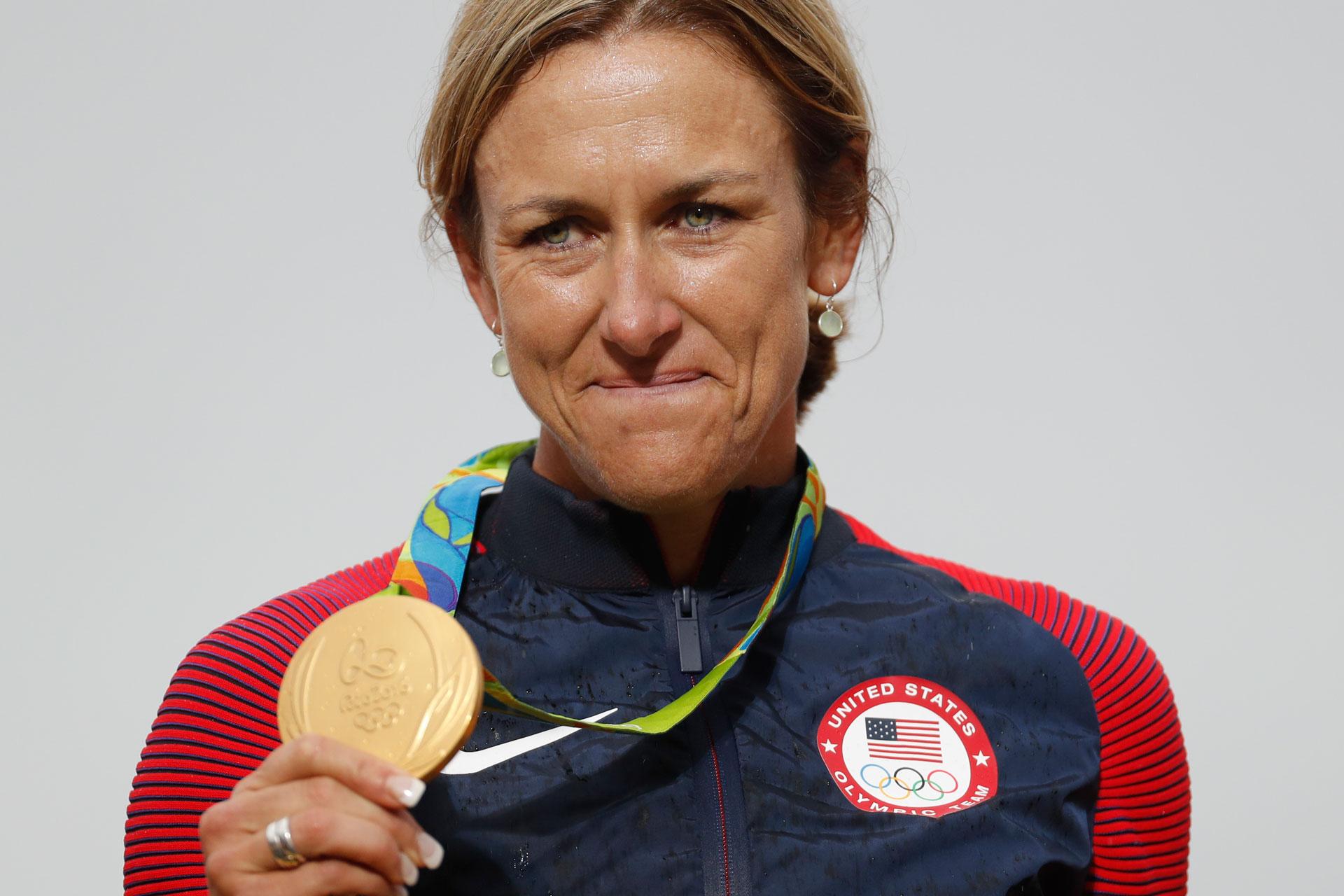 La ciclista estadounidense Kristin Armstrong, a los 42 años, se convirtió en la mujer de más edad en ganar un oro olímpico en la contrarreloj individual en ruta (AP)