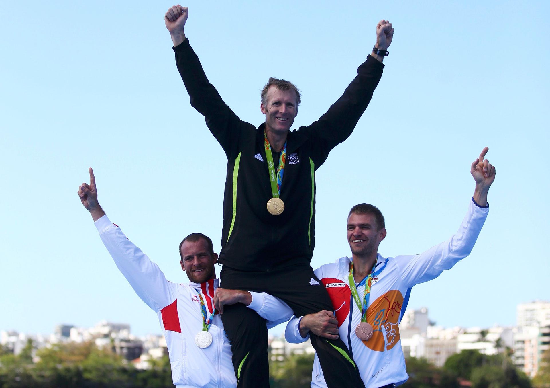 """Mahe Drysdale, de Nueva Zelanda, logró un oro en skulls individuales pese a un historial de lesiones y artritis. A sus 37 años, lo apodan """"El abuelo"""" del remo (Reuters)"""