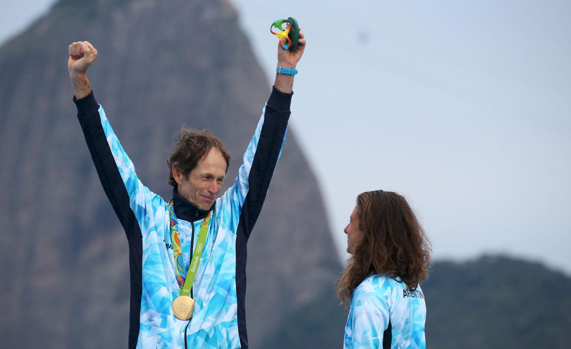 Santiago Lange, de 54 años y tras recuperarse de un cáncer de pulmón, ganó el oro junto a Cecilia Carranza en la categoría nacra 17 de vela para Argentina (Reuters)