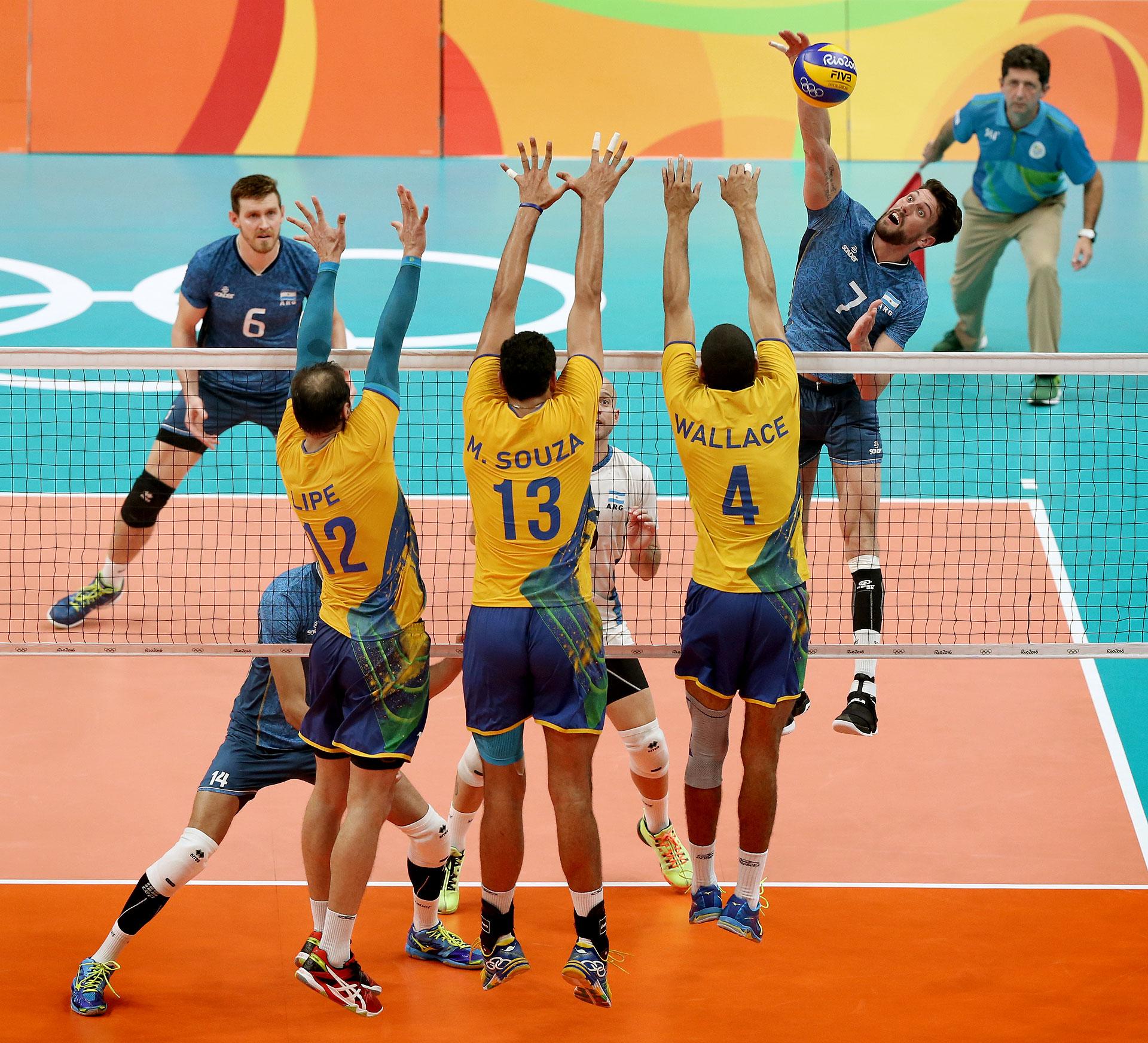 Facundo Conte pega ante el bloqueo brasileño. Argentina no pudo y quedo eliminada en el Maracanazinho de Río de Janeiro (Nicolás Stulberg)