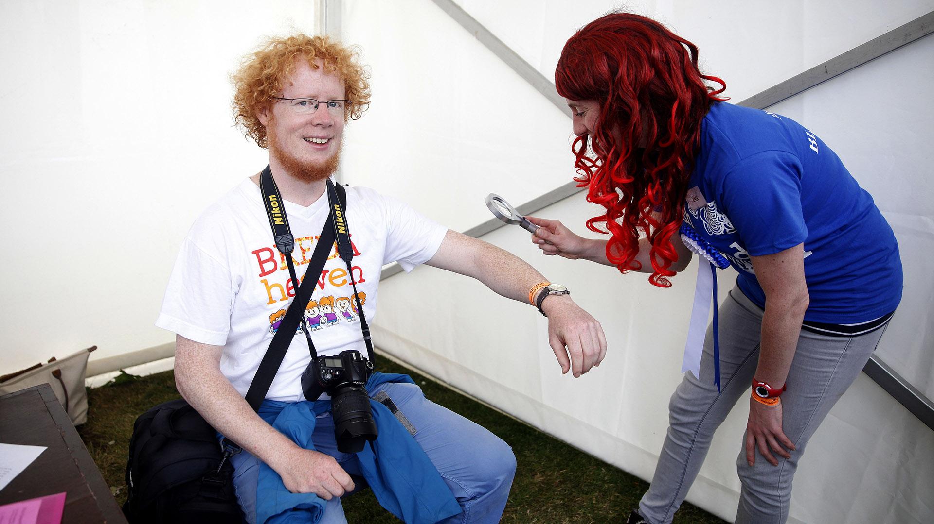 A David Scherger le inspecciona sus pecas la jurado de uno de los concursos de la Convención (Peter Morrison/AP)
