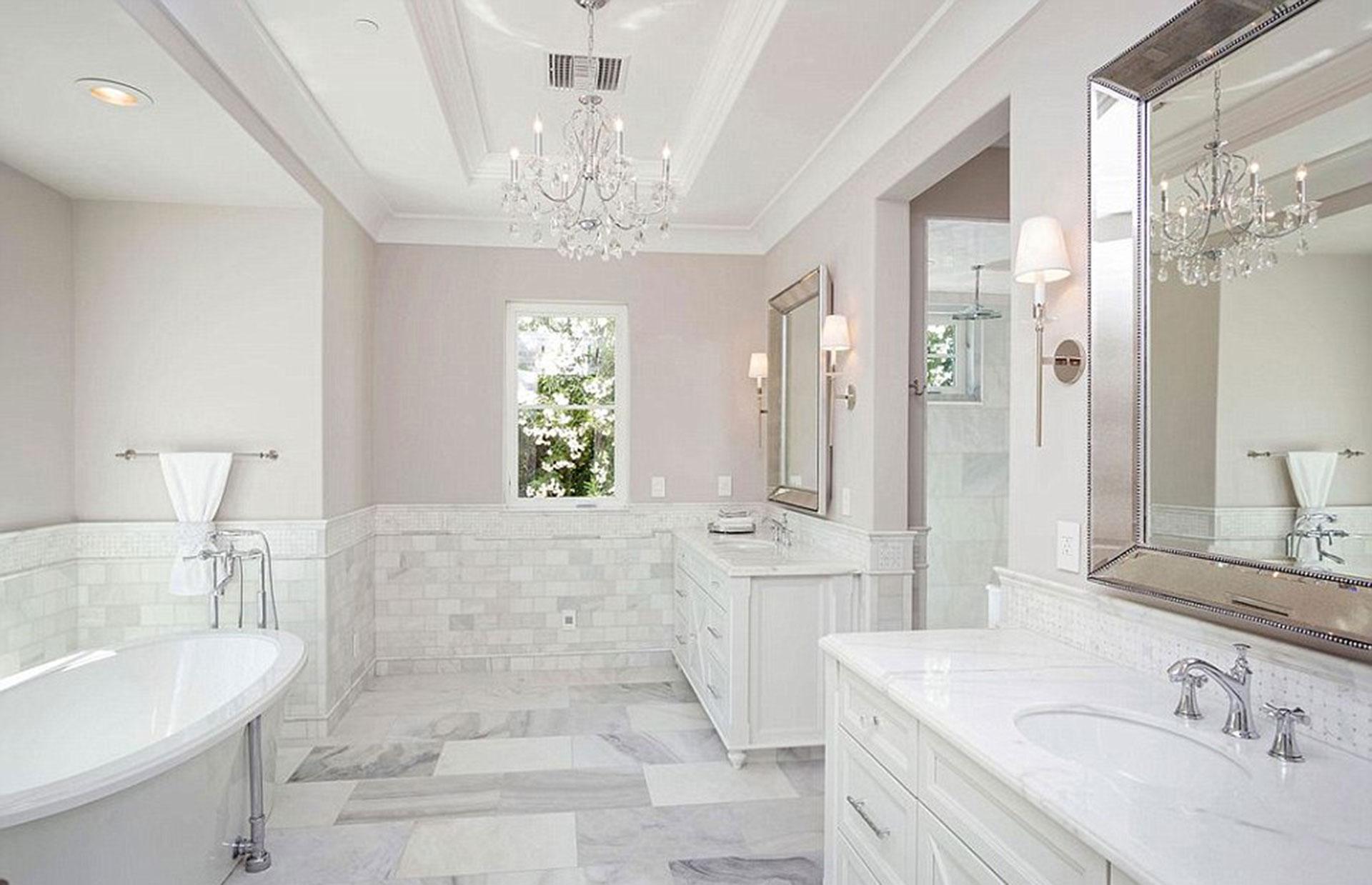 Uno de los seis baños que tiene la propiedad