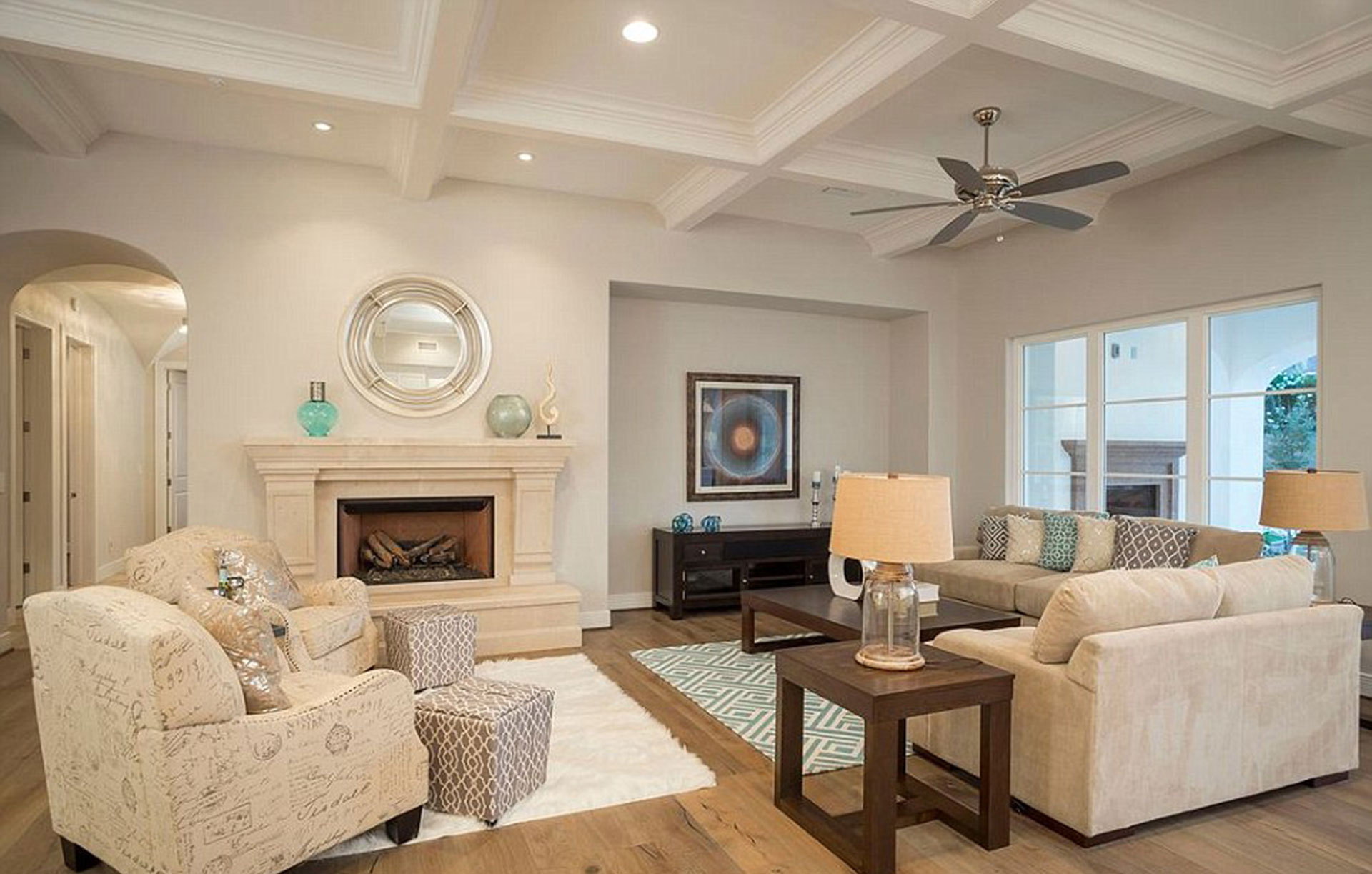 Otra de las salas de estar de la mansión que Phels adquirió en Scottsdale, Arizona