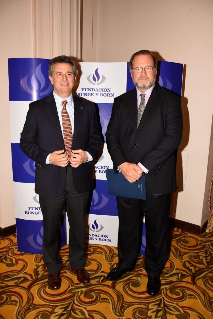 Luis Miguel Etchevehere, presidente de la Sociedad Rural Argentina, y Jorge Born. Desde 2001, ya ascienden a 62 los investigadores distinguidos con el Premio Fundación Bunge y Born. Además, 16 jóvenes científicos recibieron el Premio Estímulo