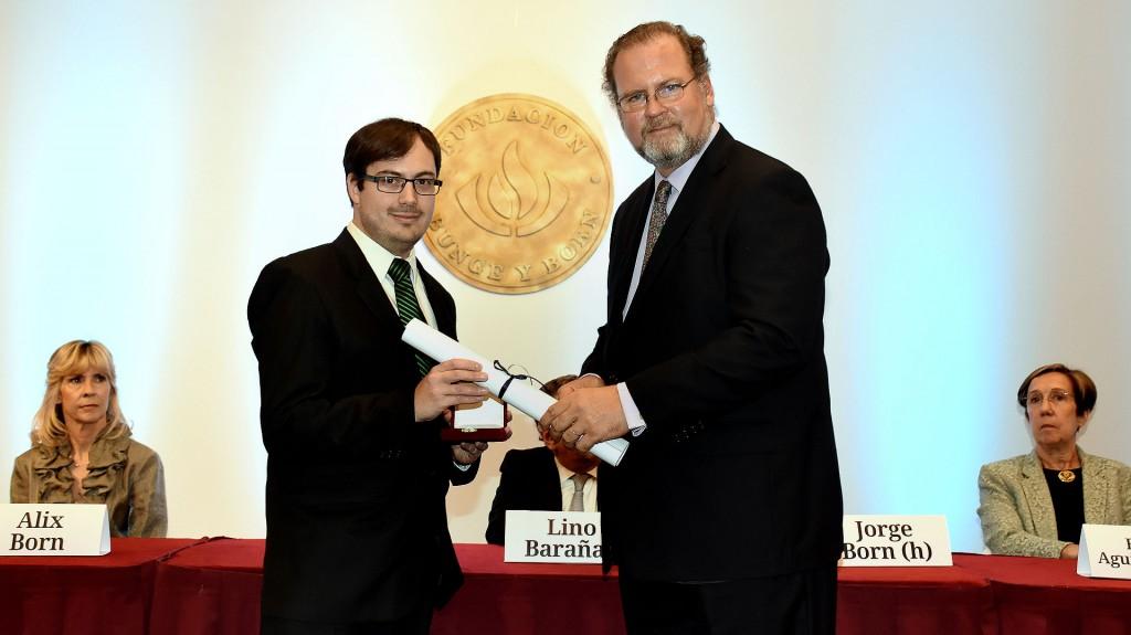Jorge Born (h) fue el encargado de entregar la medalla de oro y el diploma correspondiente 'Premio Estímulo a Jóvenes Cientifícos' al doctor en Ciencias Biológicas en la Universidad de Birmingham, Inglaterra, e investigador adjunto Martín Daniel Ezcurra