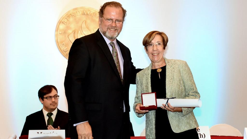 La paleontóloga fue distinguida por la Fundación Bunge y Born por sus años de trayectoria al servicio de la ciencia. Recibió una medalla de oro y diploma correspondiente de la mano del de Jorge Born (h)