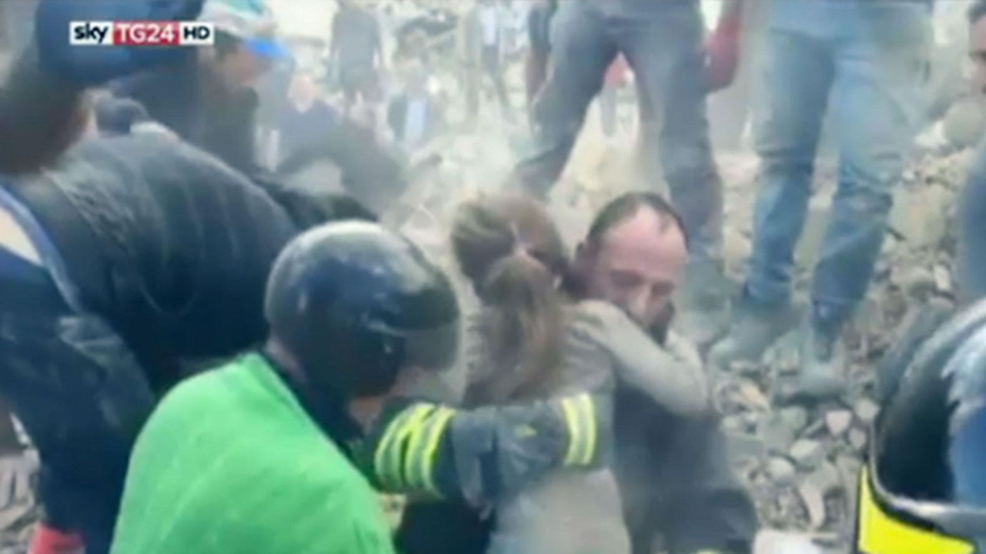 El momento en que rescataron a una niña tras 16 horas bajo los escombros en Italia