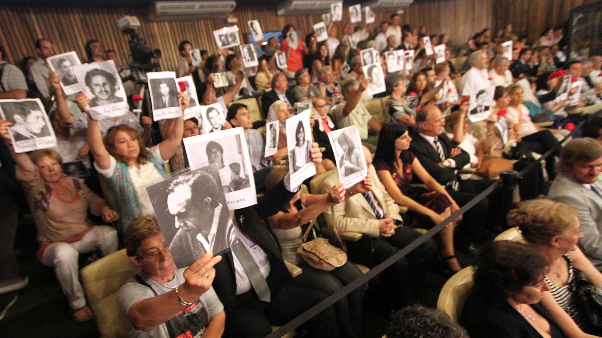 Familiares de las víctimas en el Tribunal Oral Federal 1 de Córdoba (TOF1) durante el juicio oral y público de la megacausa de La Perla (Foto: NA)
