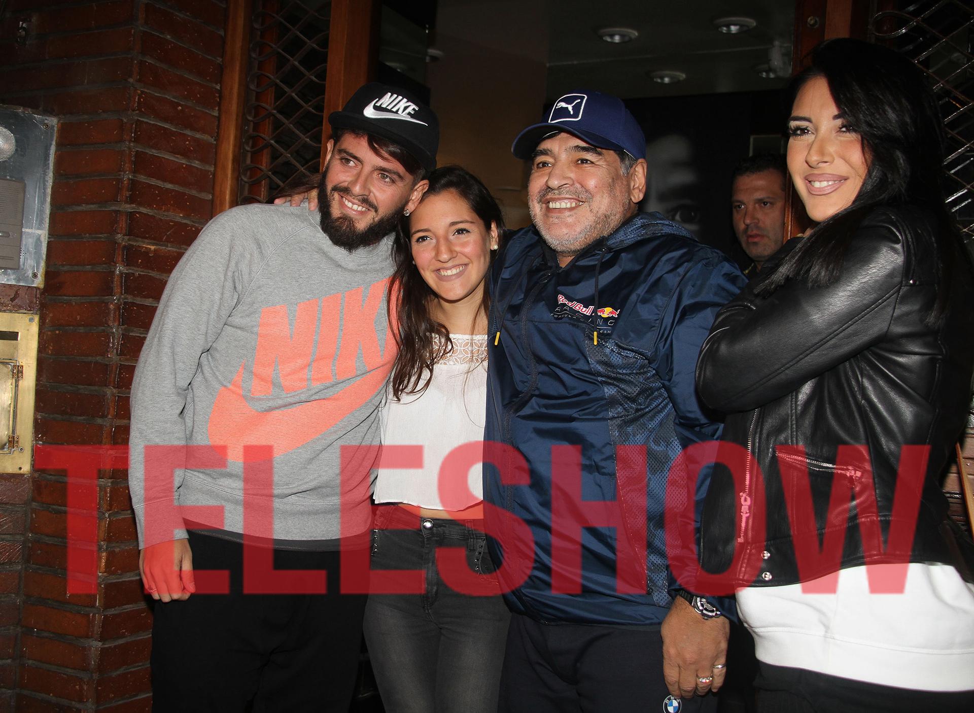 Diego Junior más sonriente que nunca junto a Jana, su papá y su esposa (Crédito: Verónica Guerman)