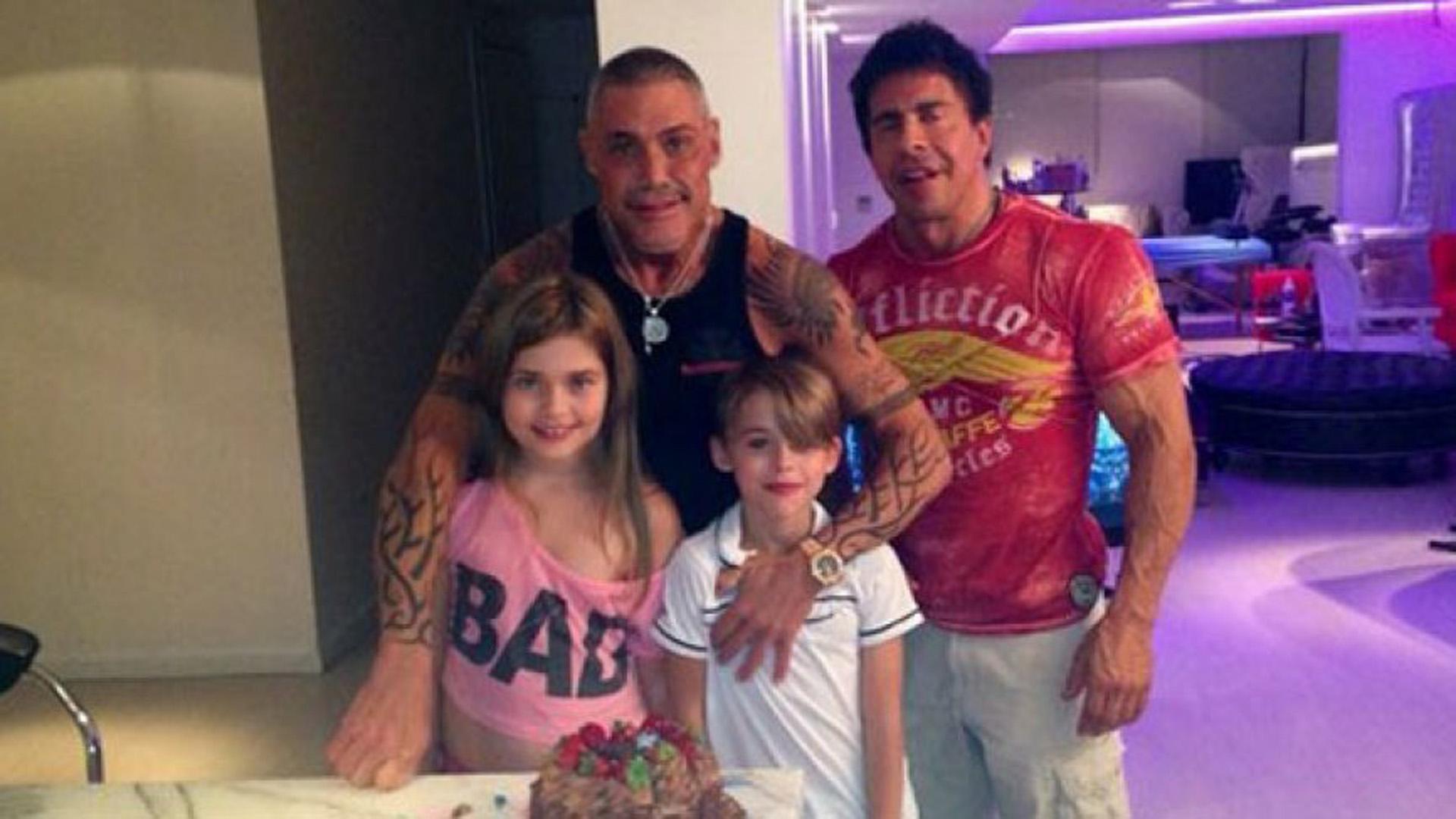 Ricardo con sus hijos, Felipe y Martita, y Gustavo Martínez, su gran amigo, quien también fuera su pareja
