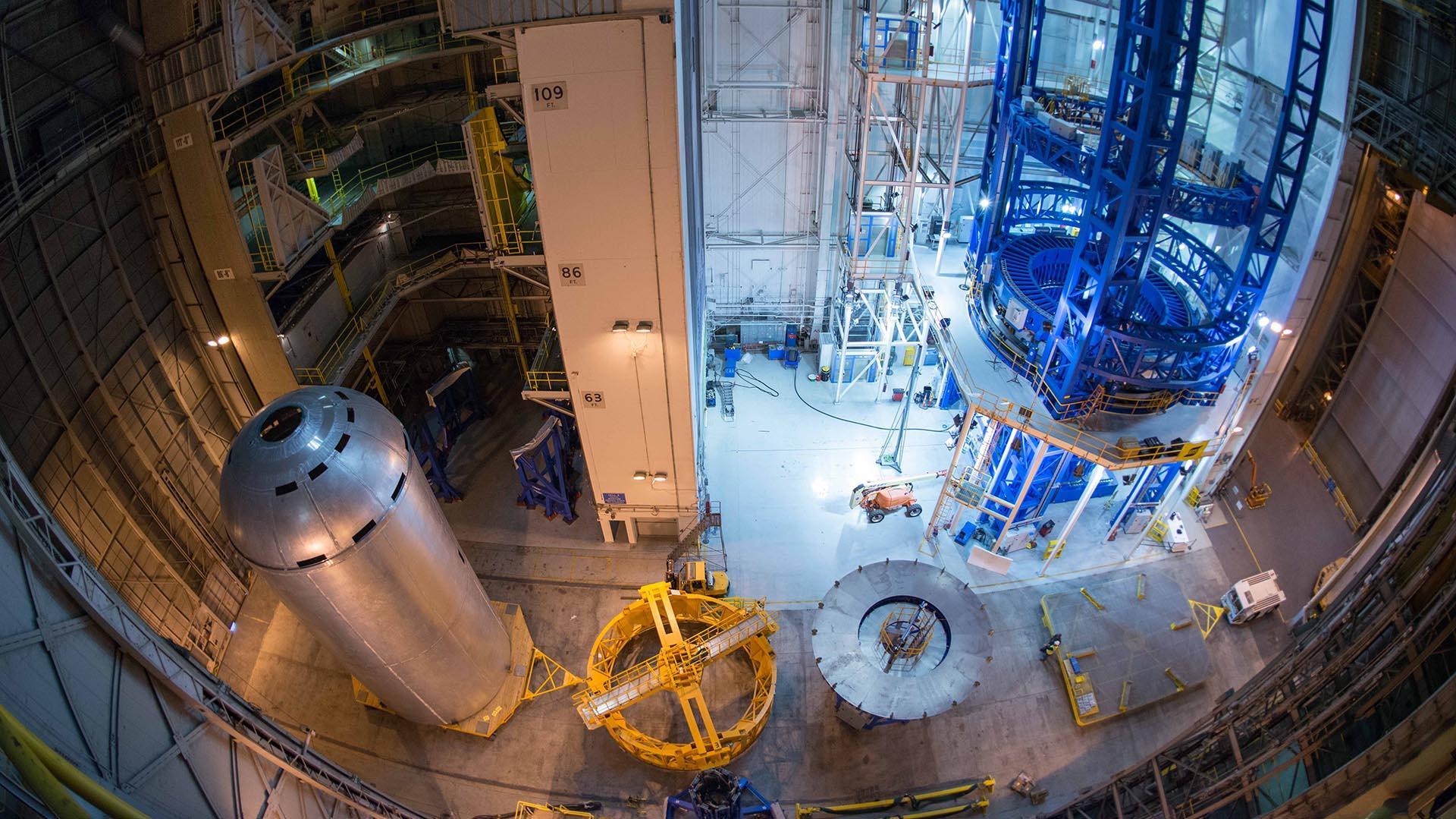 El tanque de hidrógeno, ya soldado, descansa a la izquierda de la imagen antes de ser colocado en la estructura del cohete. Al observar la pieza soldada al completo se puede verificar que el trabajo ha sido tran preciso como estaba previsto