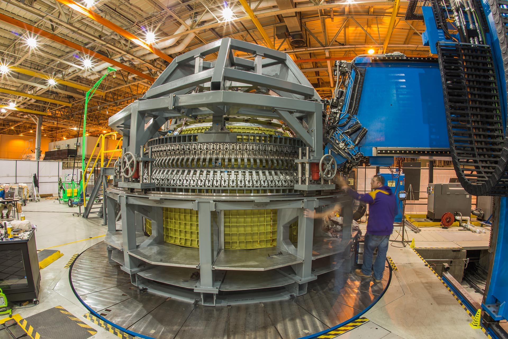 Los técnicos finalizan la soldadura de la estructura principal de la nave espacial Orion