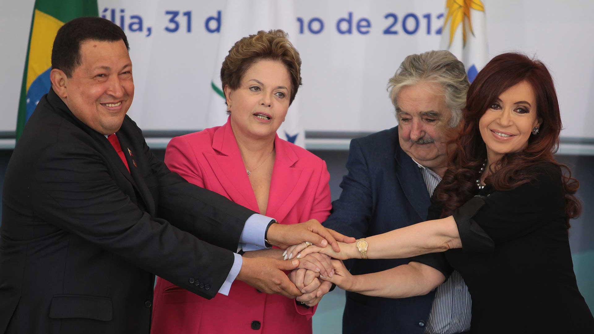 el ex presidente de Venezuela, Hugo Chavez, la presidente de Brasil, Dilma Rousseff, el ex presidente de Uruguay Jose Mujica, y la ex presidenta argentina Cristina Fernandez, posan para una foto oficial en el Palacio de Planalto, en Brasilia, el 31 de julio de 2012 (AP)