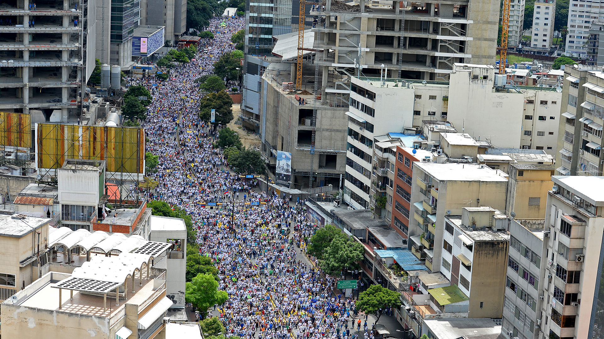 Miles de venezolanos salieron a las calles de la capital para protestar contra Nicolás Maduro (AFP)