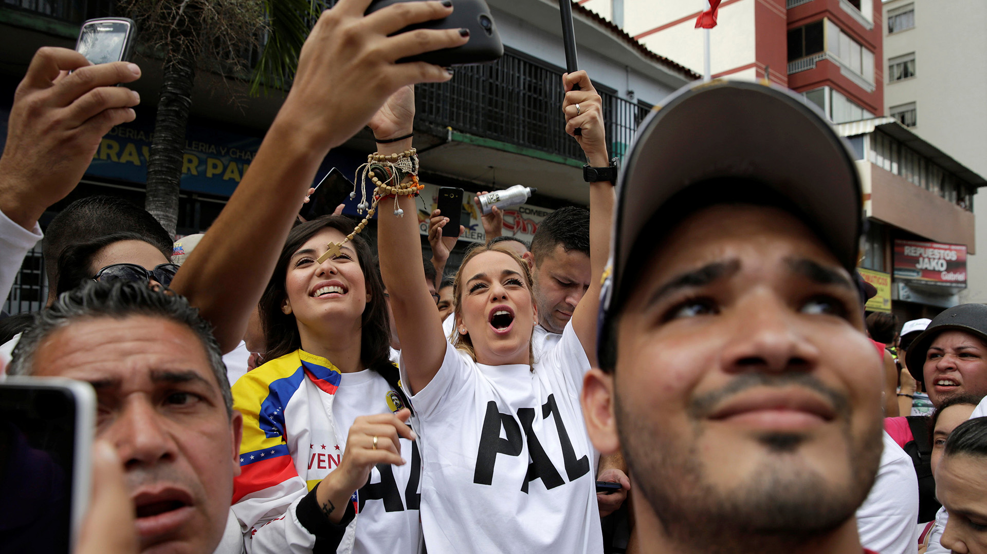Lilian Tintori, esposa del preso político Leopoldo López, junto a Patricia Ceballos (Reuters)
