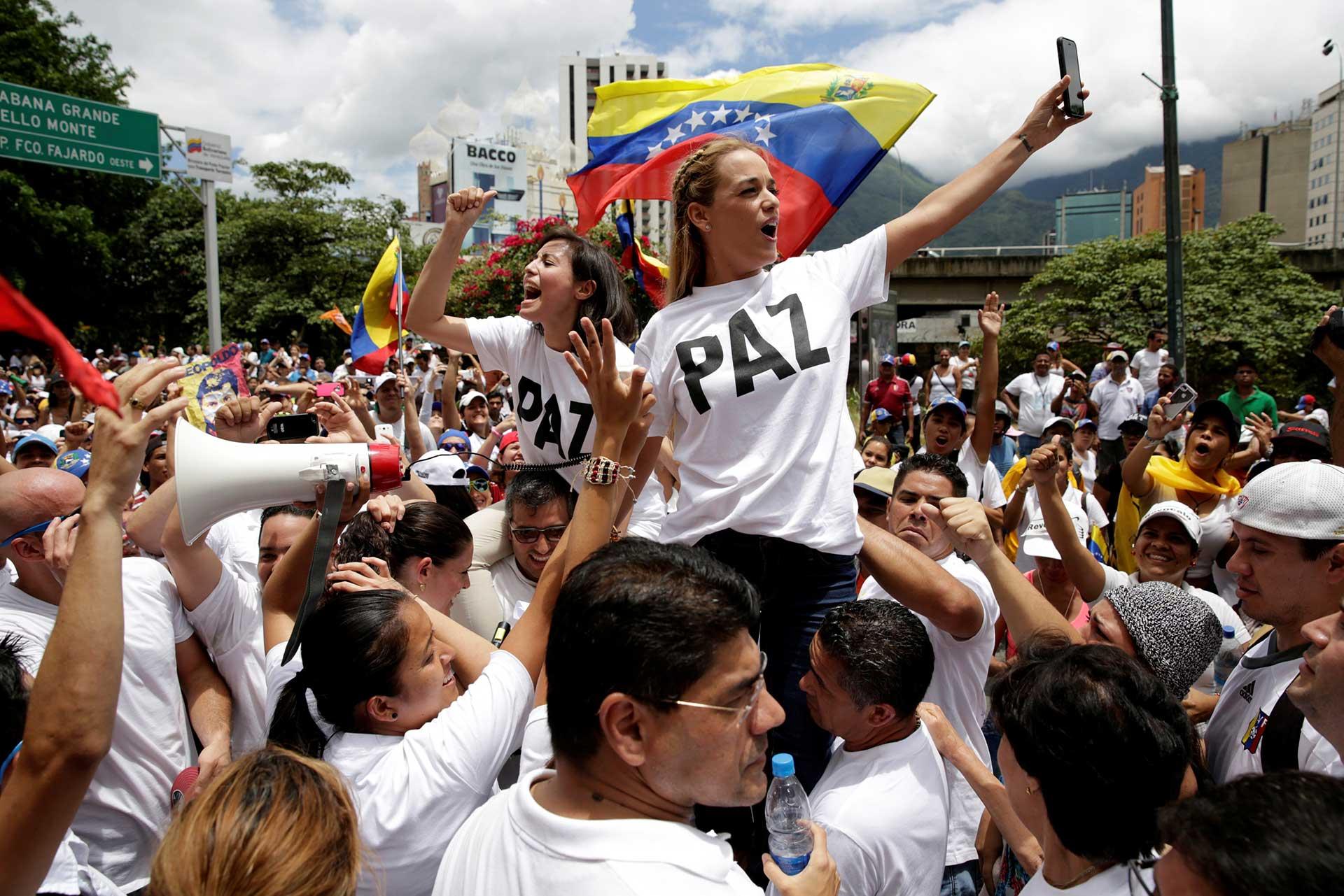 """Lilian Tintori, esposa del líder venezolano Leopoldo López junto a miles de personas participa en la manifestación denominada """"Toma de Caracas"""" (Reuters)"""